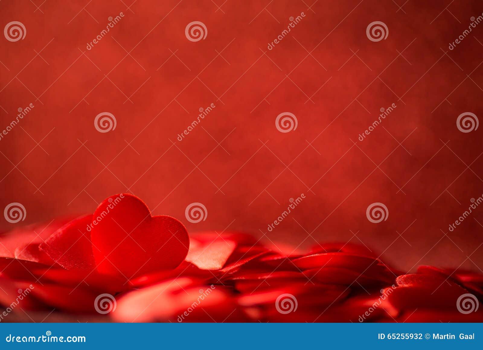 Två röda satänghjärtor på röd bakgrunds-, valentin- eller moderdagbakgrund, fira för förälskelse