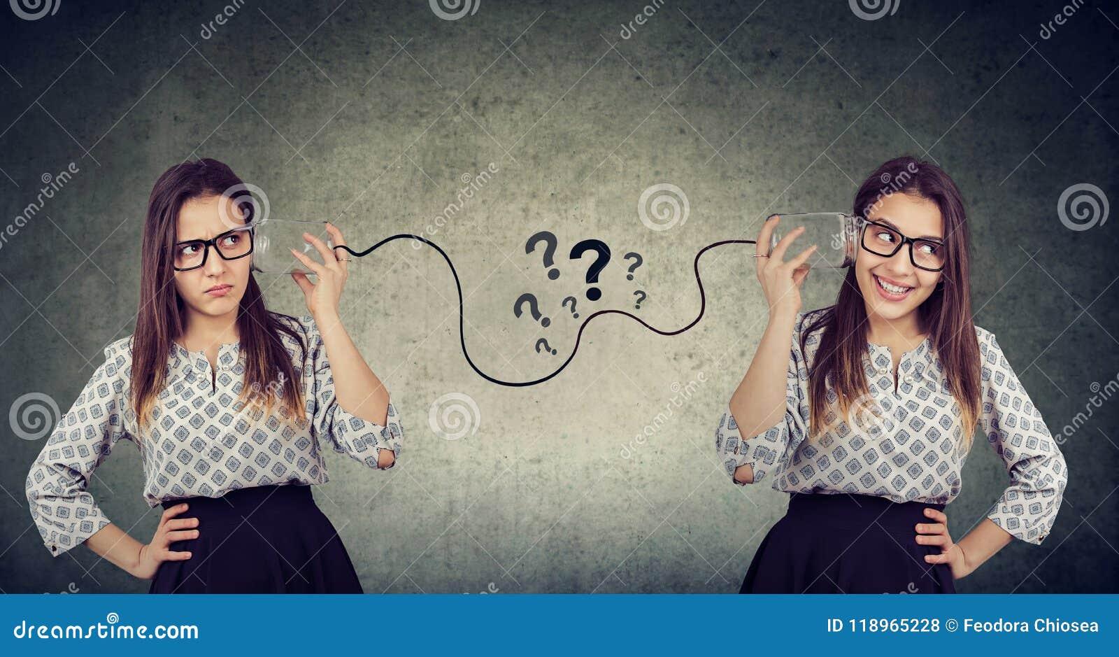 Två roliga seende kvinnor som har besvärat kommunikation