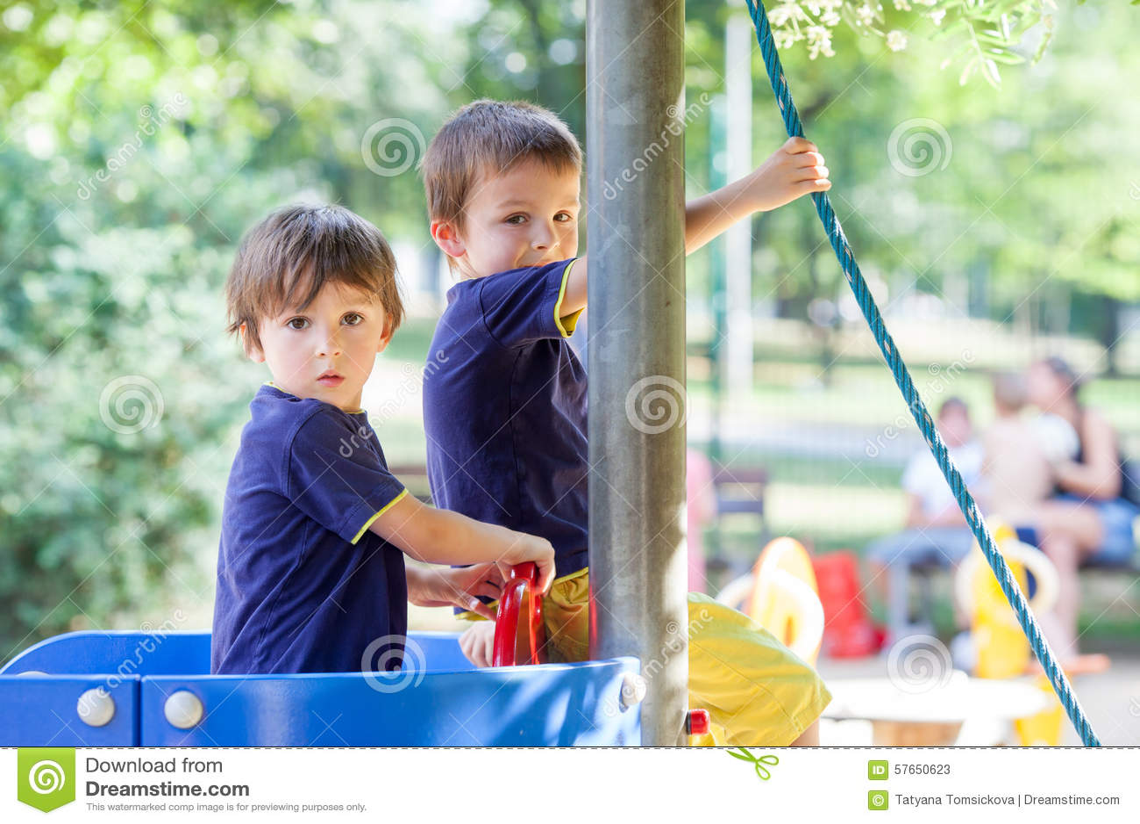 Två söta pojkar, bröder som spelar i ett fartyg på lekplatsen