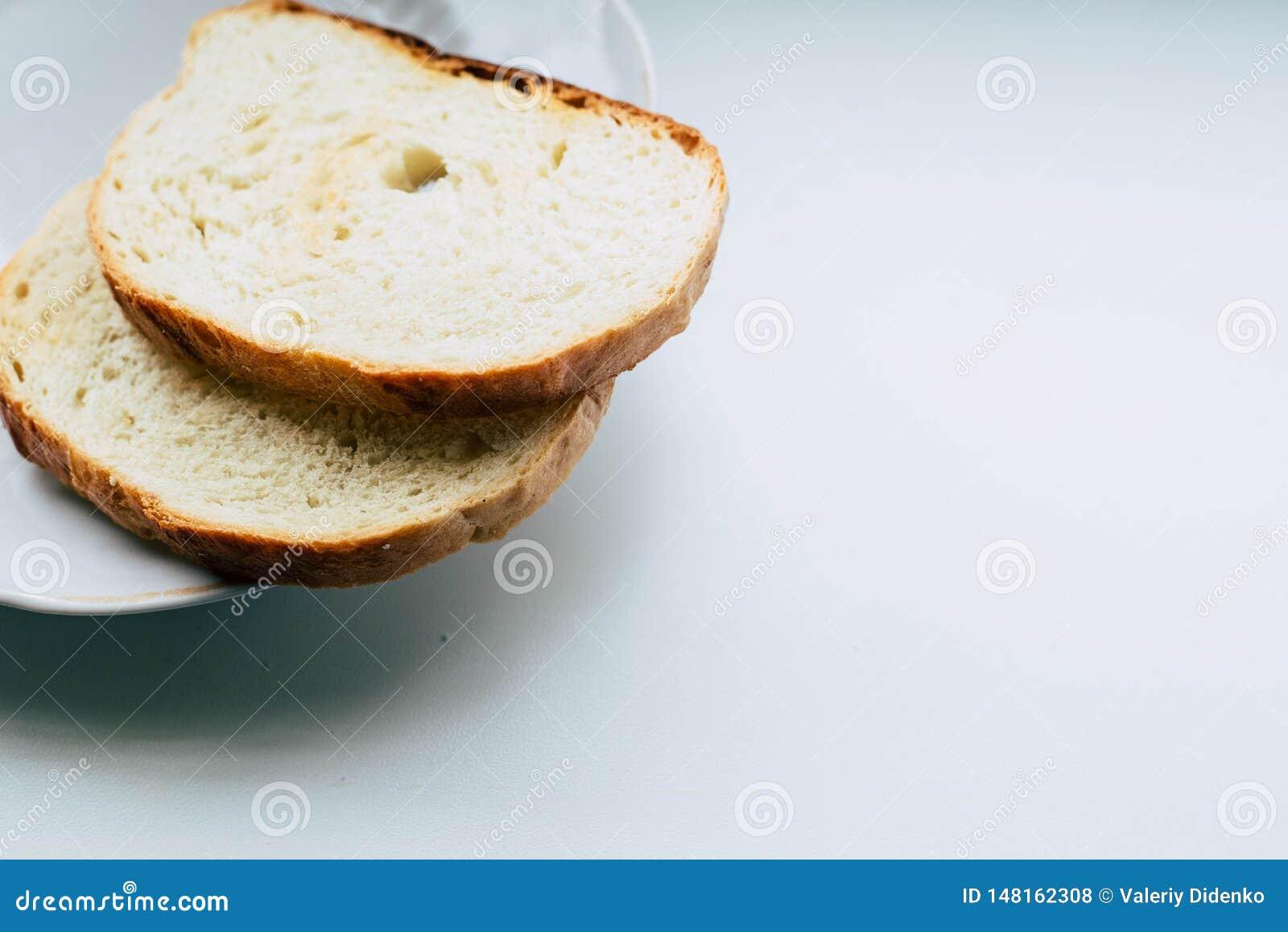 Två skivor av vitt bröd på en platta