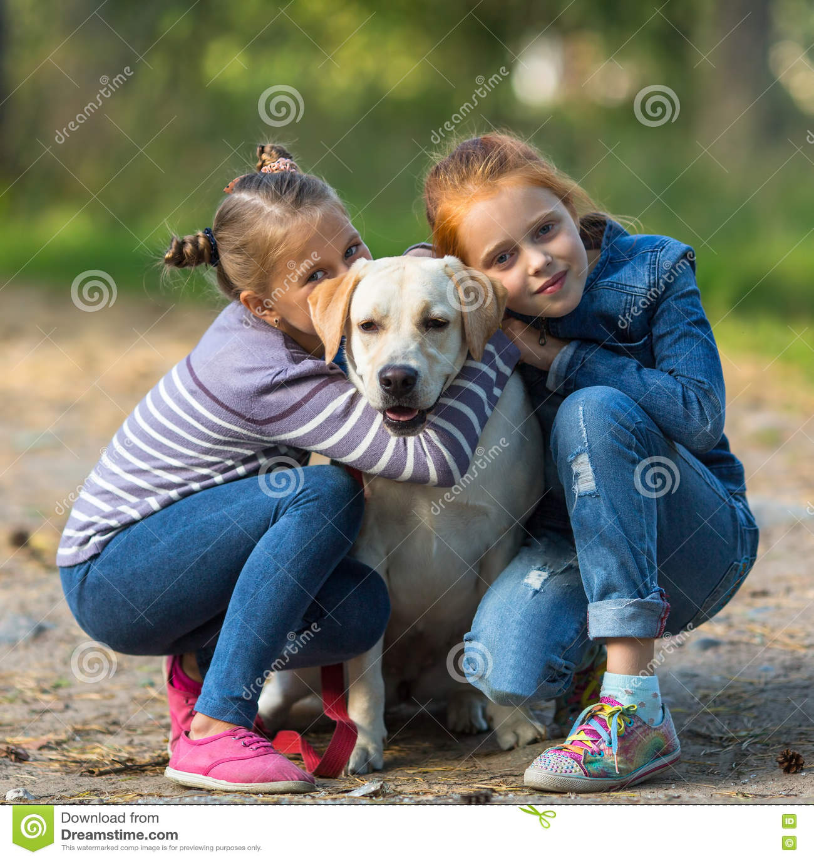 Två små flickor med en hund Förälskelse