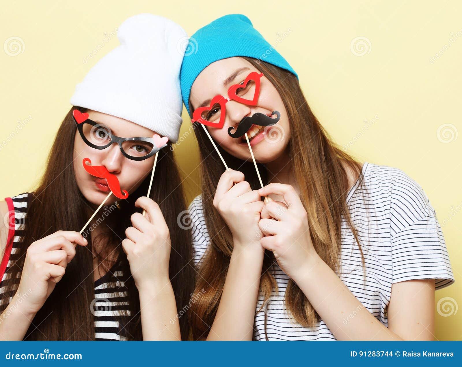 Två stilfulla sexiga hipsterflickabästa vän som är klara för parti