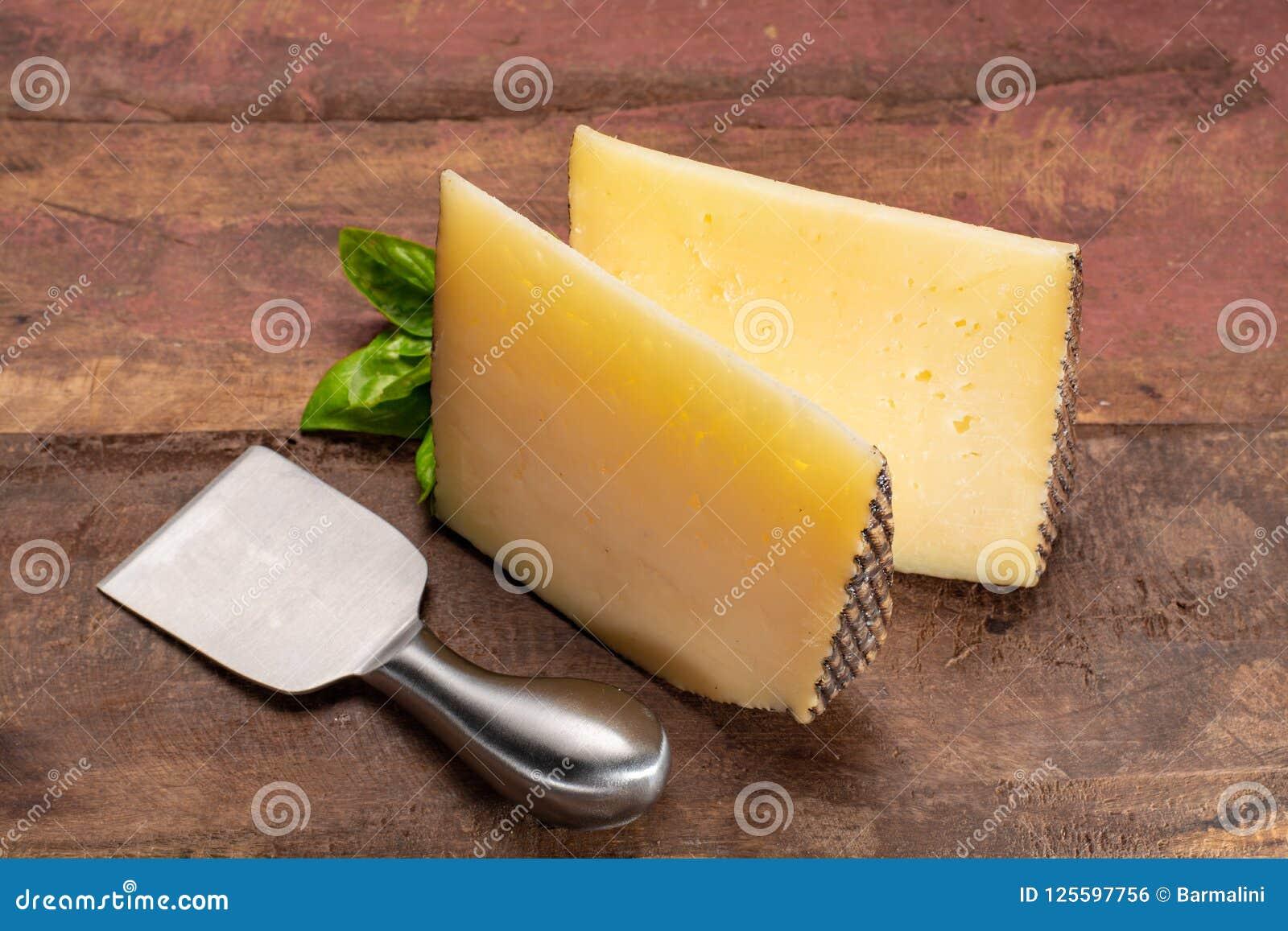 Två stycken av Manchego, quesomanchego, ost som göras i La Mancha