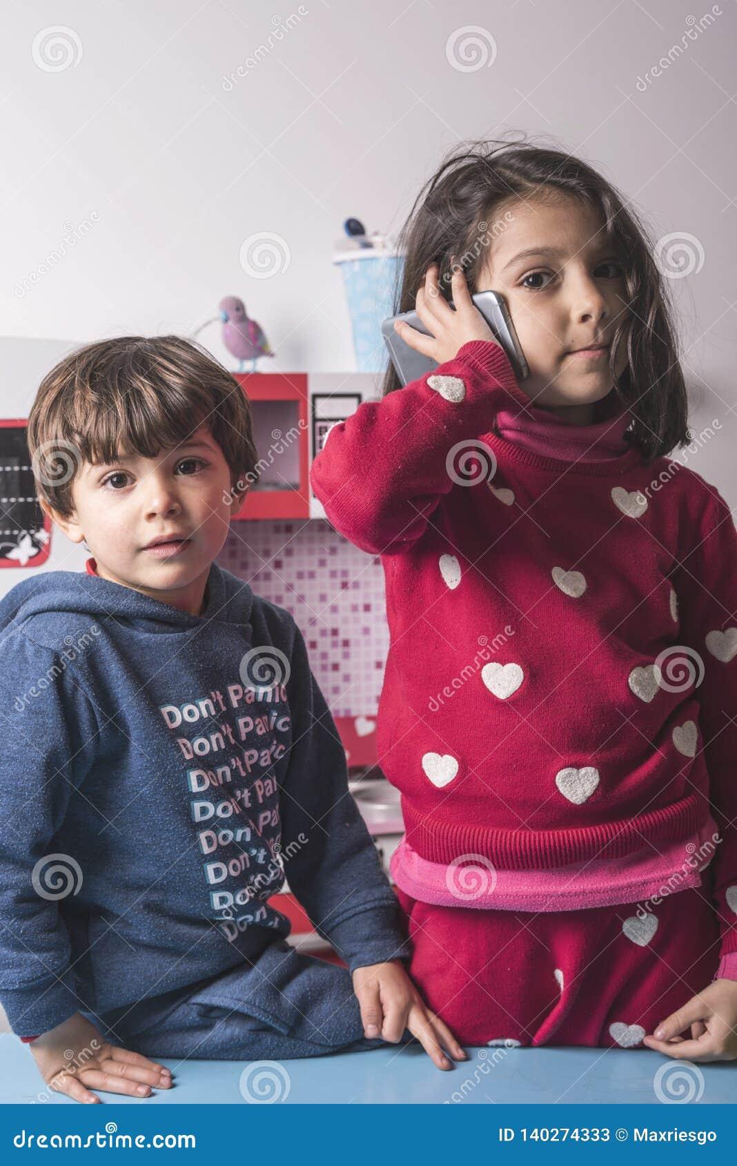 Två syskon som spelar i leksakkök