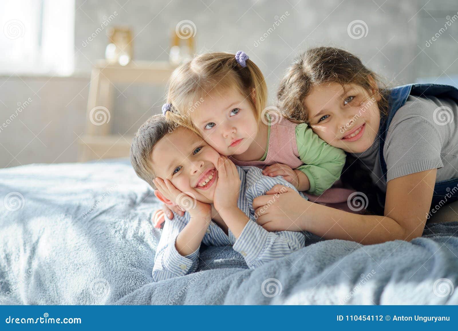 Två systrar och en broder