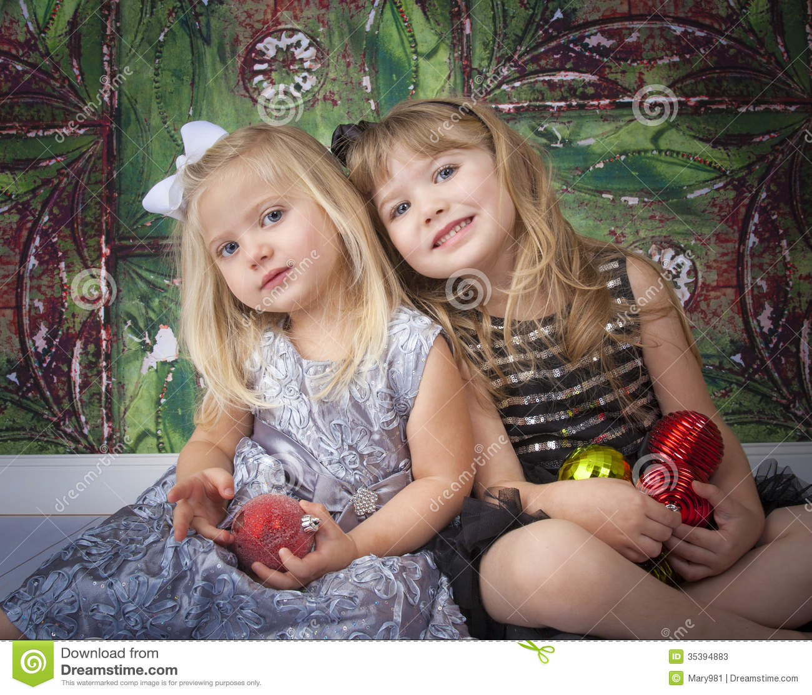 Två systrar som poserar för julbilder