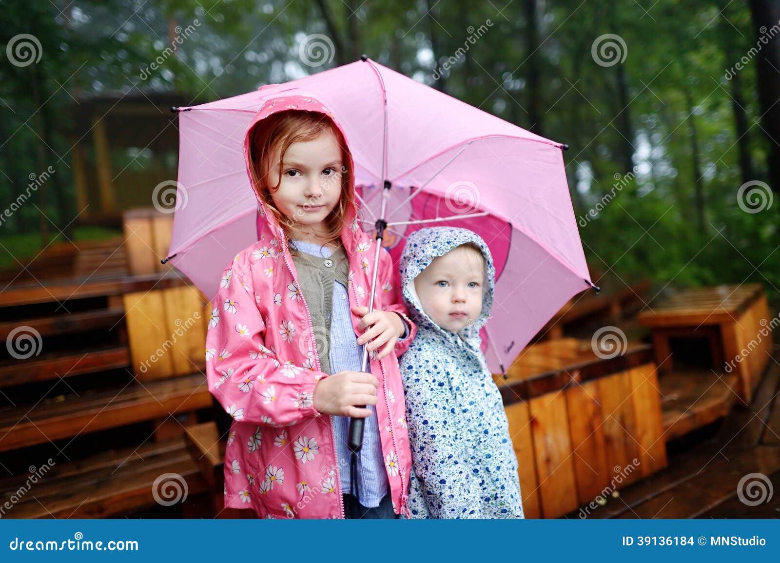 Två systrar under paraplyet