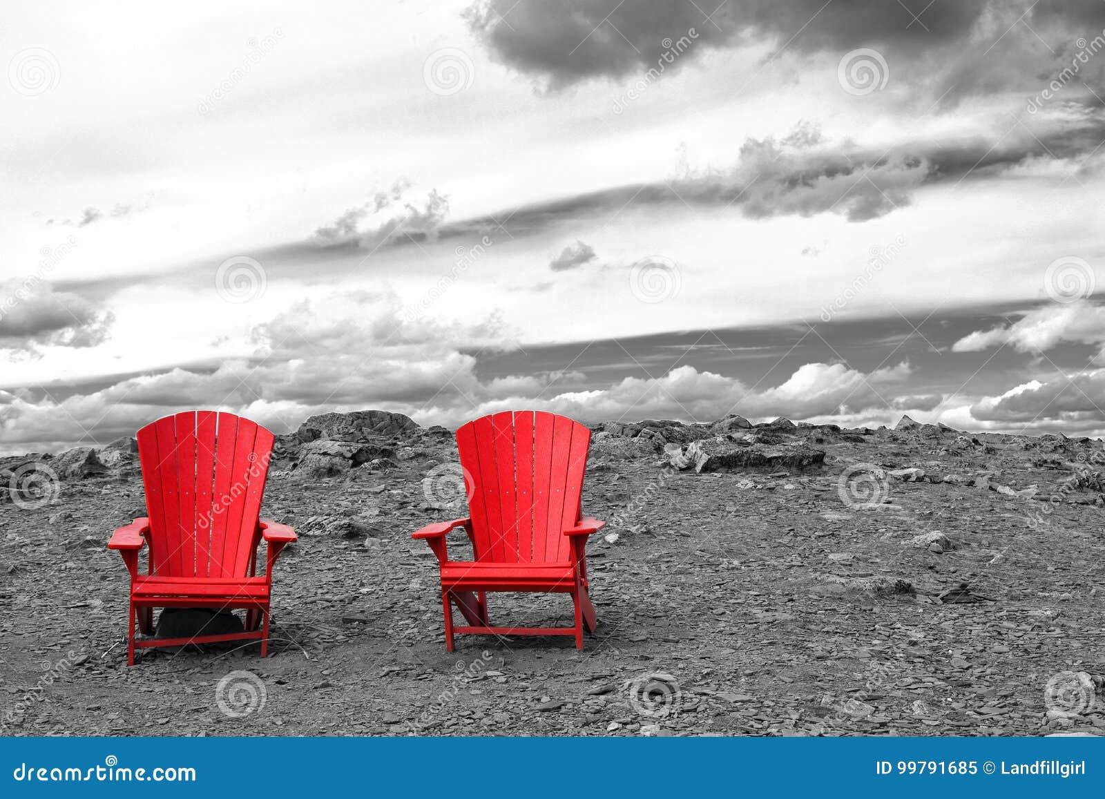 Två tomma röda stolar