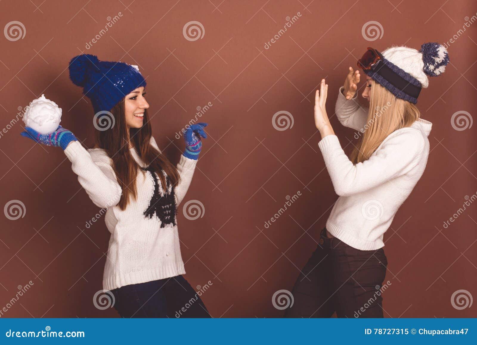Två tonåringflickor i vinterkläder