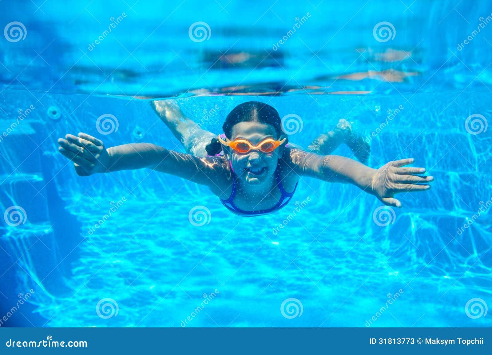 Två undervattens- flickor