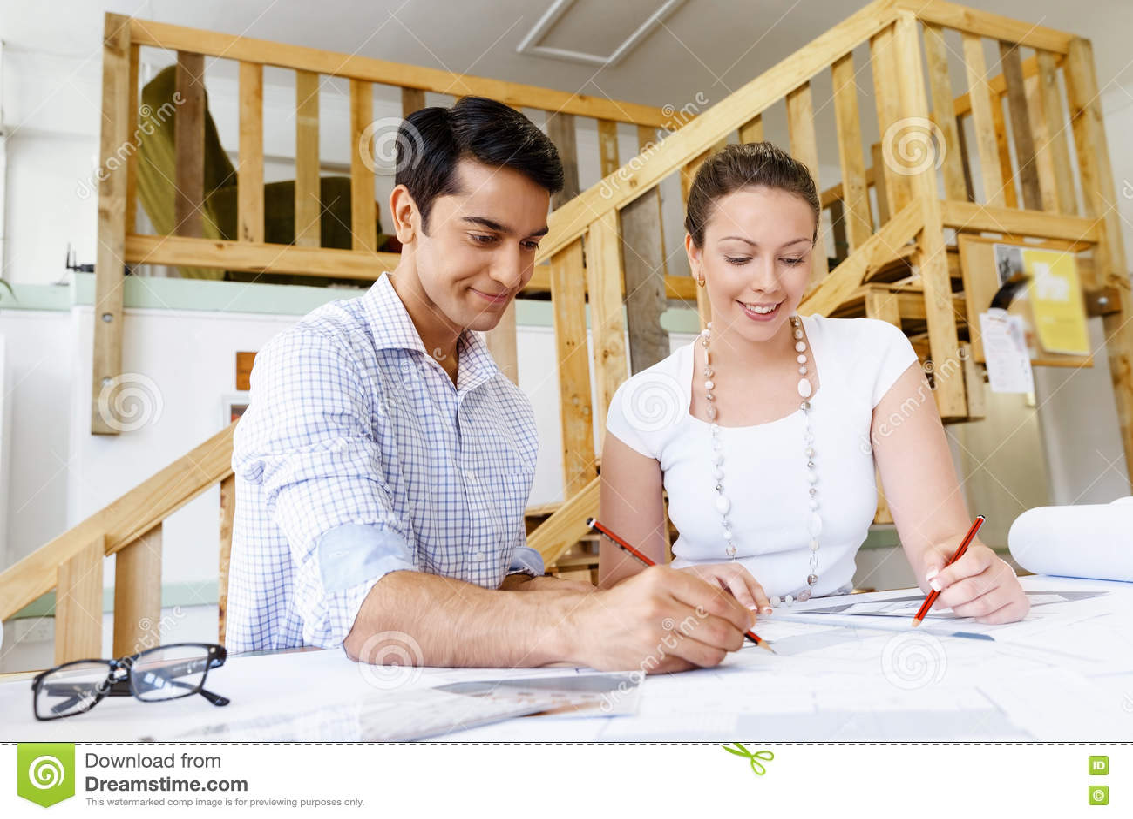 Två unga arkitekter i regeringsställning