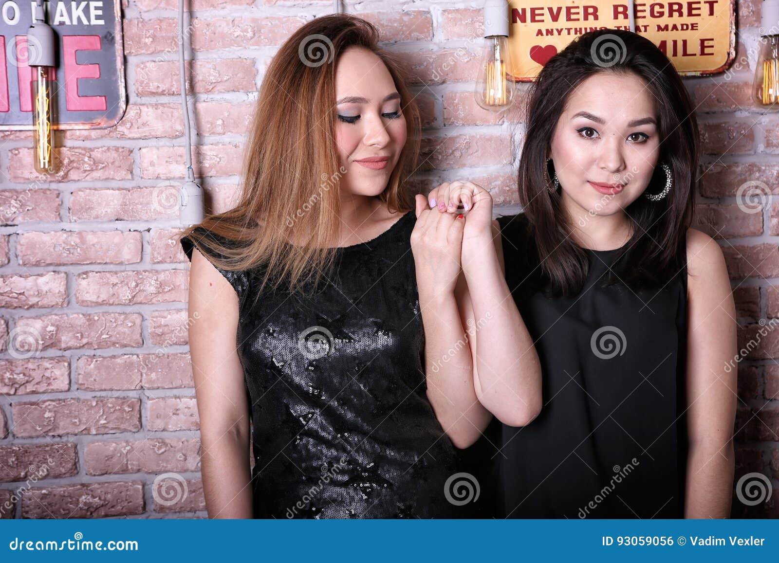 Två unga asiatiska flickamodeller