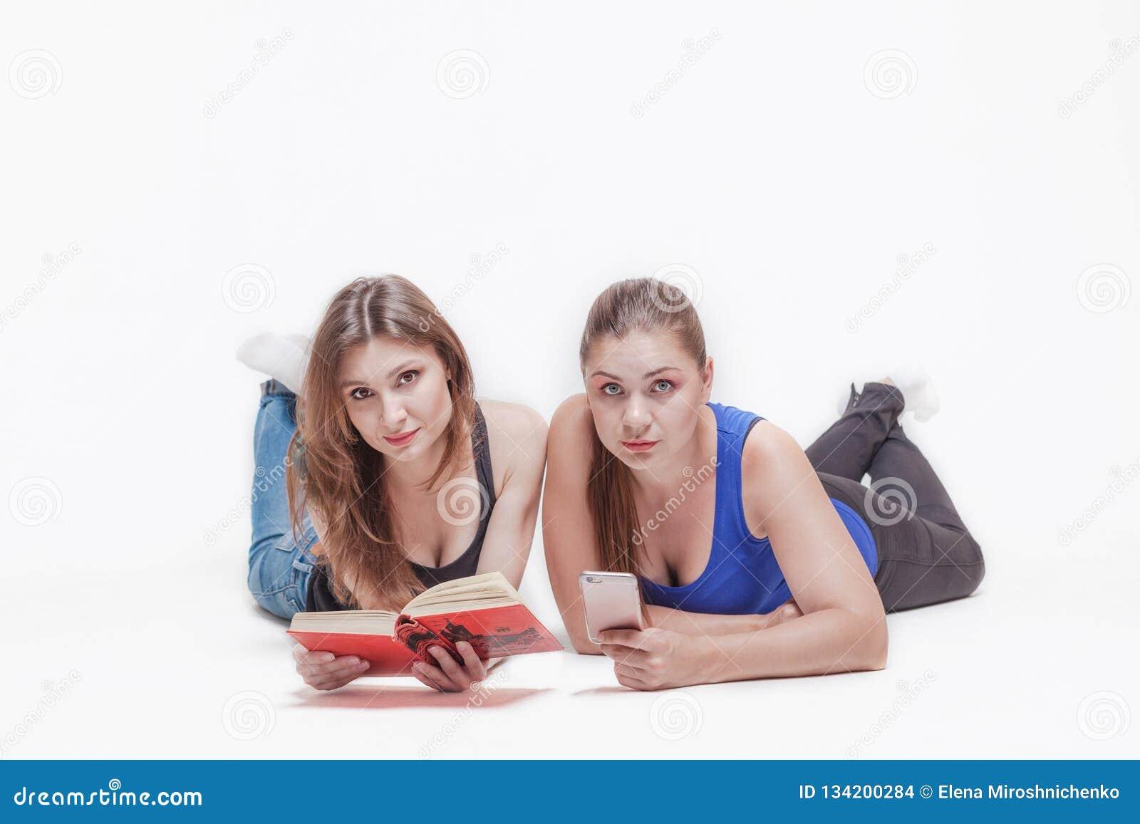 Två unga kvinnor lägger på golvet