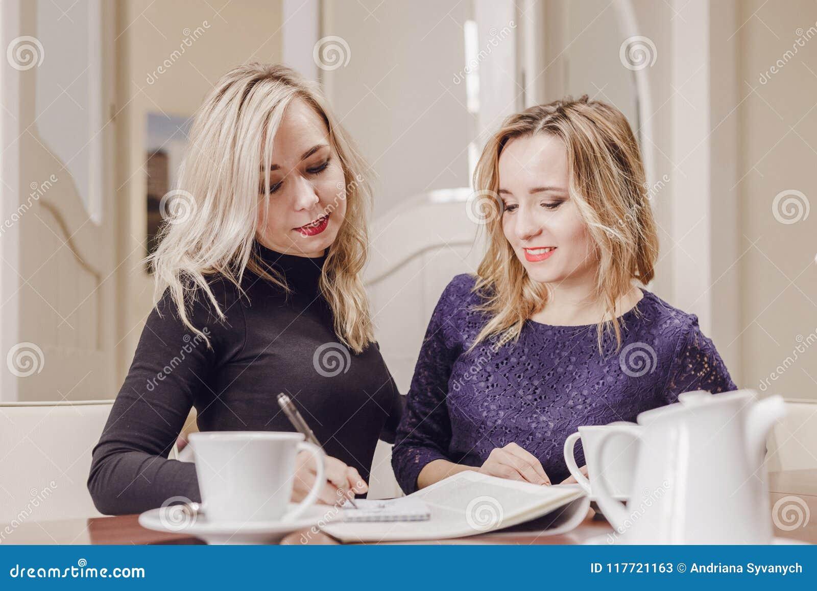 Två unga kvinnor på mötet i konferensrum