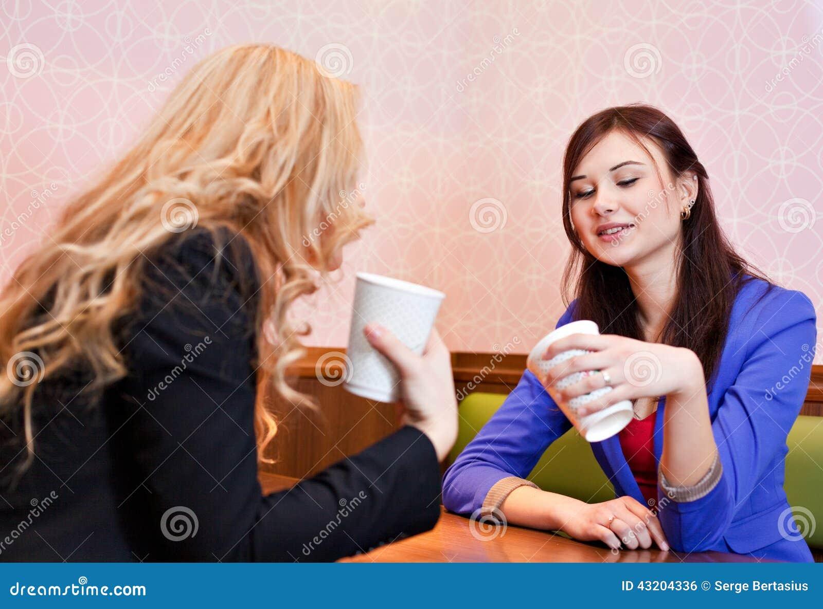 Download Två Unga Nätta Caucasian Flickor Arkivfoto - Bild av lyckligt, umgås: 43204336