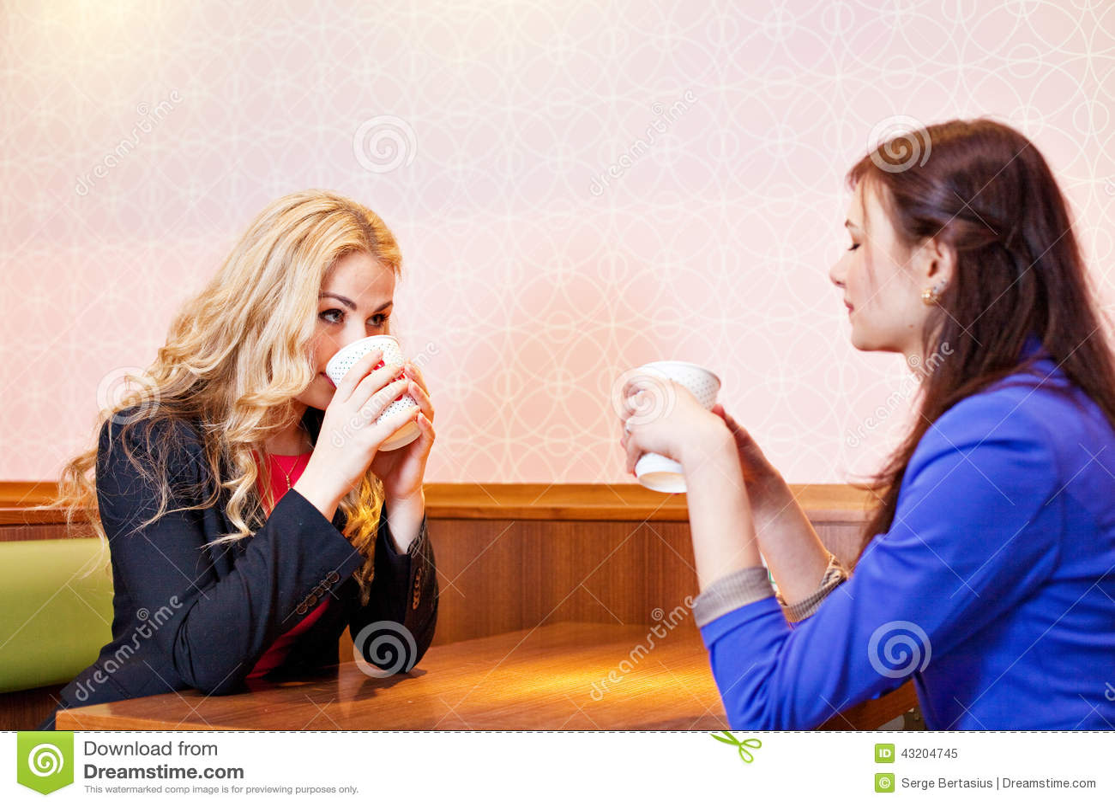 Download Två Unga Nätta Caucasian Flickor Fotografering för Bildbyråer - Bild av caucasian, lyckligt: 43204745