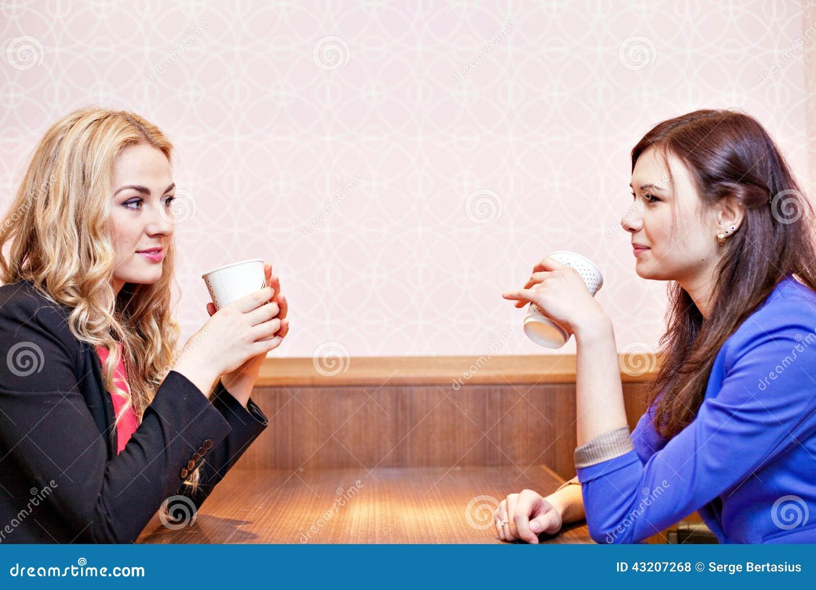 Download Två Unga Nätta Caucasian Flickor Arkivfoto - Bild av konversation, nätt: 43207268