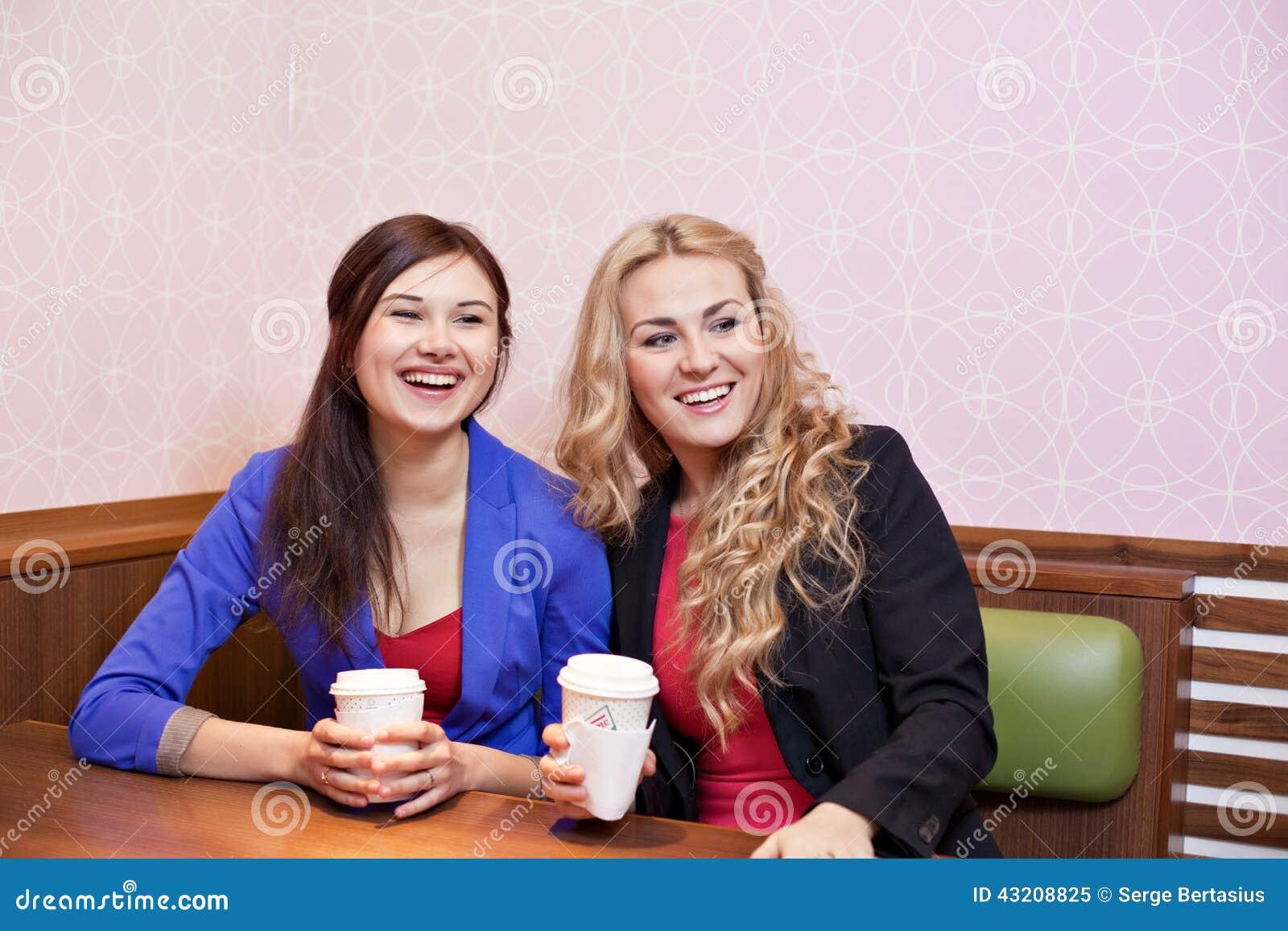 Download Två Unga Nätta Caucasian Flickor Fotografering för Bildbyråer - Bild av lyckligt, vänner: 43208825