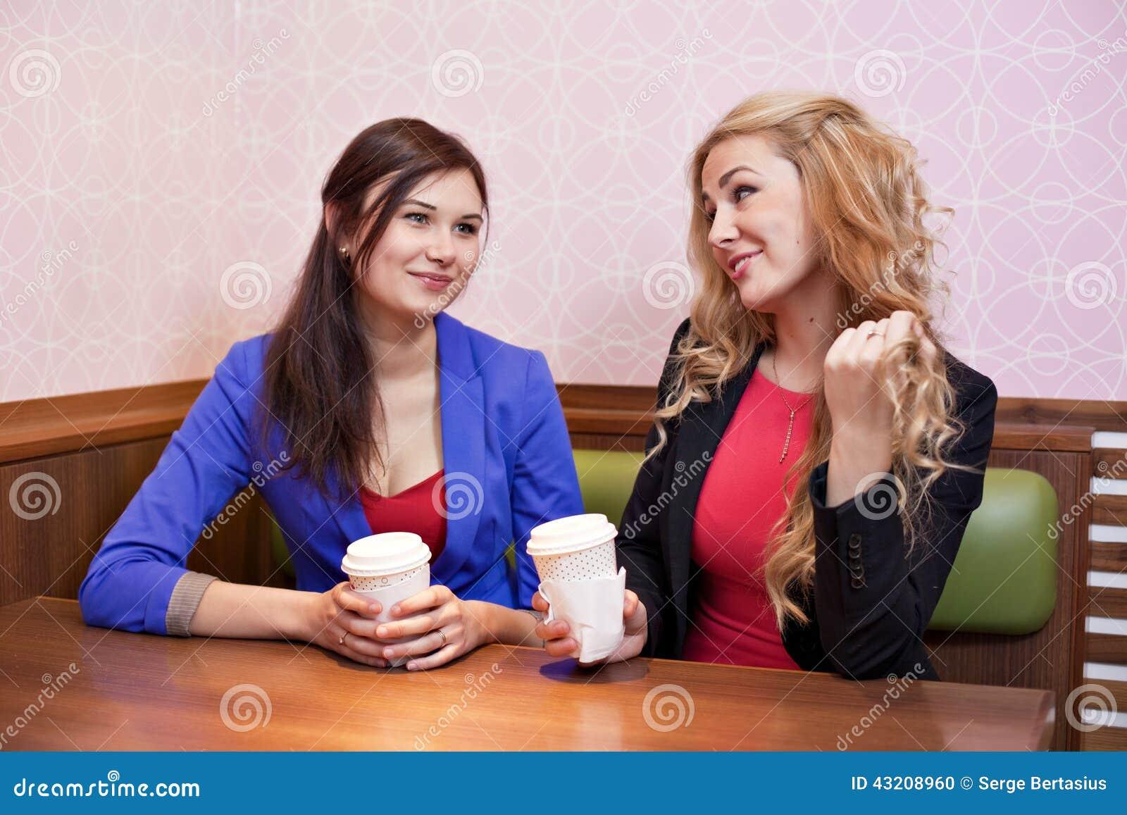 Download Två Unga Nätta Caucasian Flickor Arkivfoto - Bild av gyckel, konversation: 43208960
