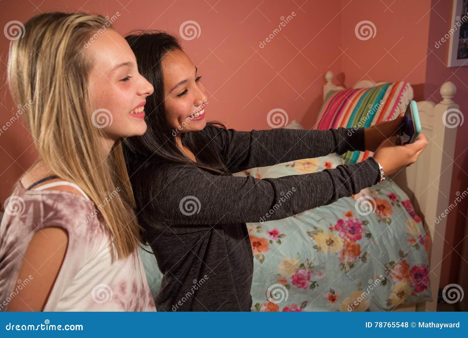 Två ungar som tar selfie med mobiltelefonen