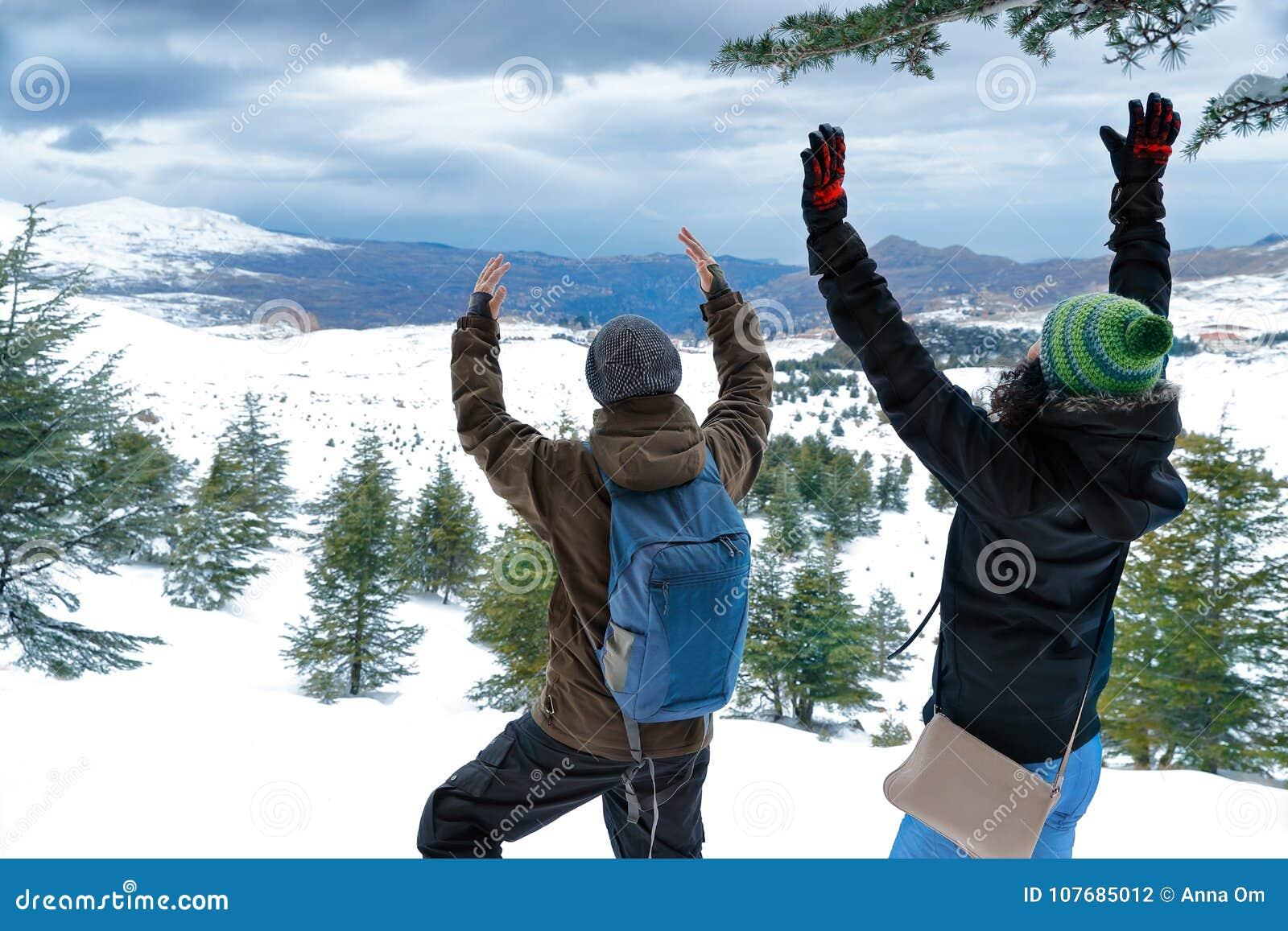 Två vänner som tycker om vinterferier
