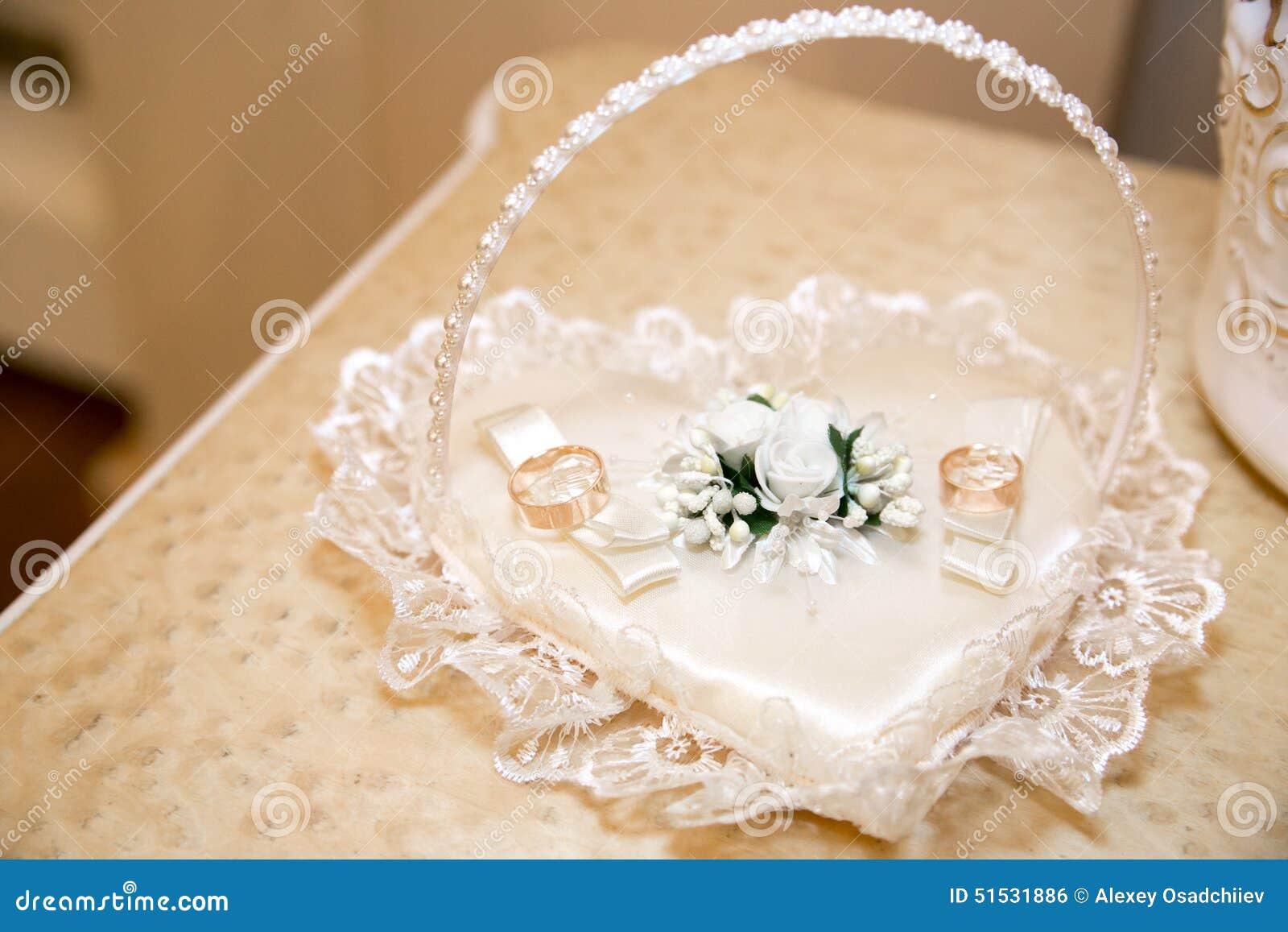 Två guld- cirklar för att gifta sig med härliga vita blommor och  gräsplansidor 68fd189d4f884