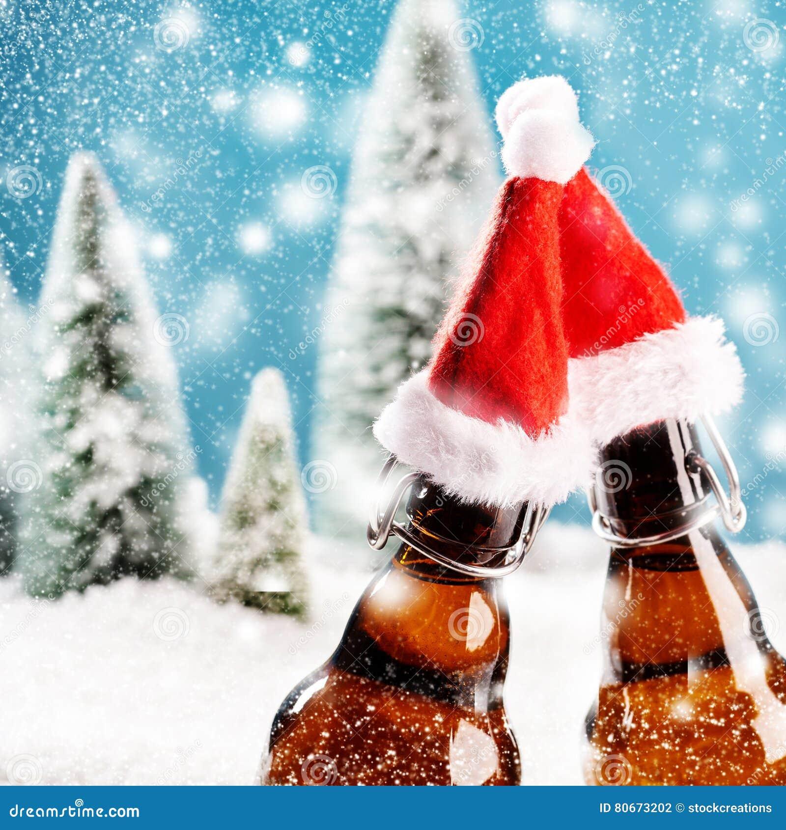 Två xmas-ölflaskor klirrar tillsammans