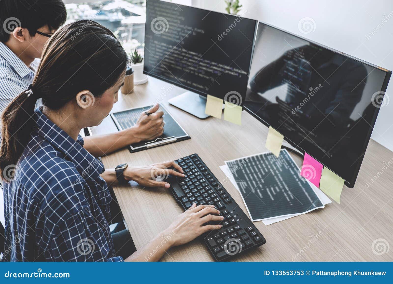 Två yrkesmässiga programmerare som samarbetar på den framkallande programmien
