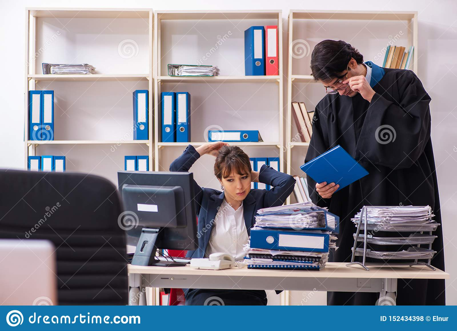 Tv? advokater som arbetar i kontoret