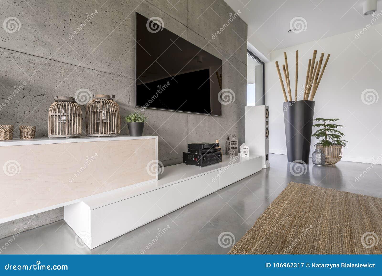 Appendere Tv Muro tv al plasma sul muro di cemento immagine stock - immagine