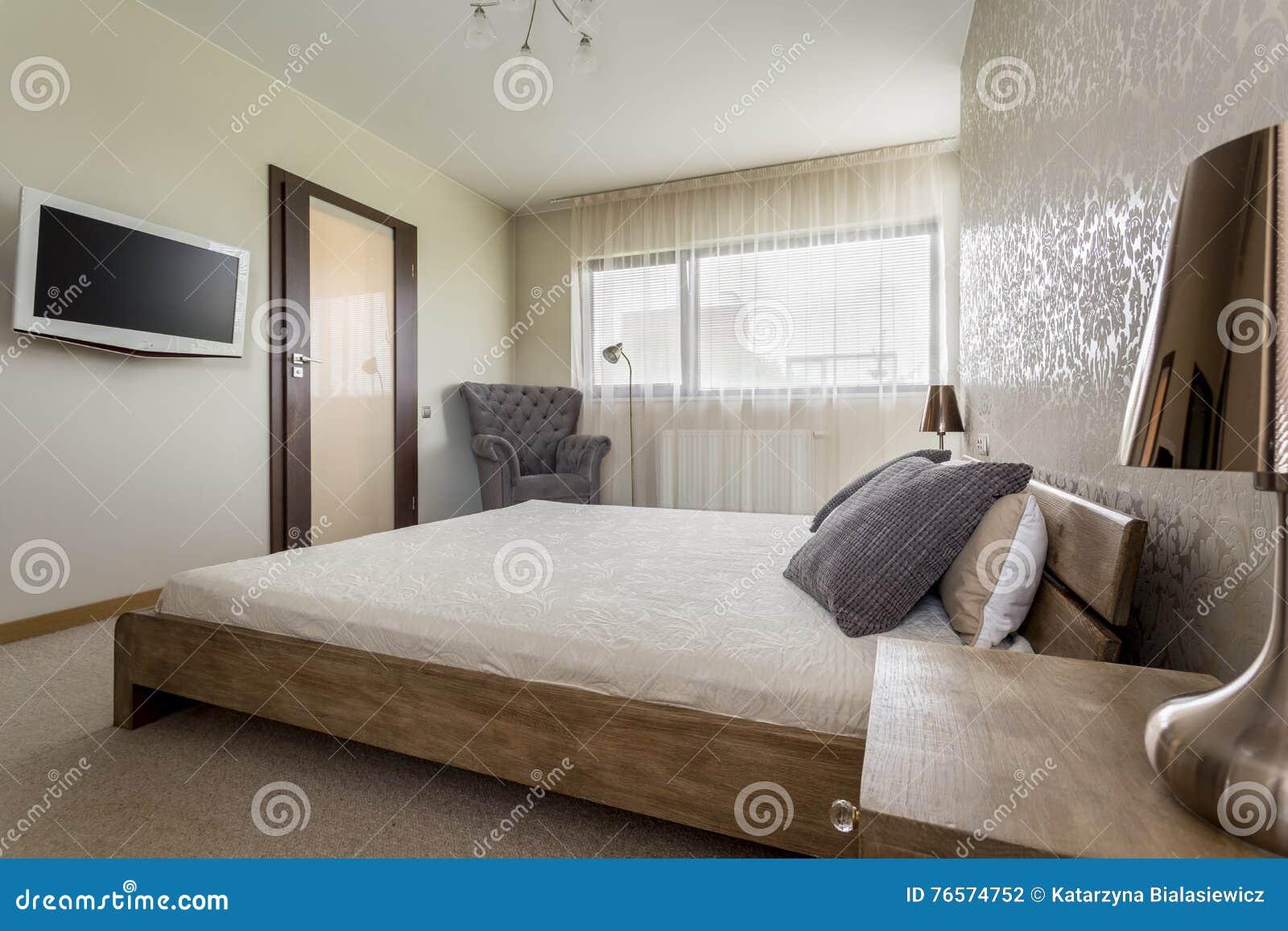 TV in camera da letto fotografia stock. Immagine di sera - 76574752