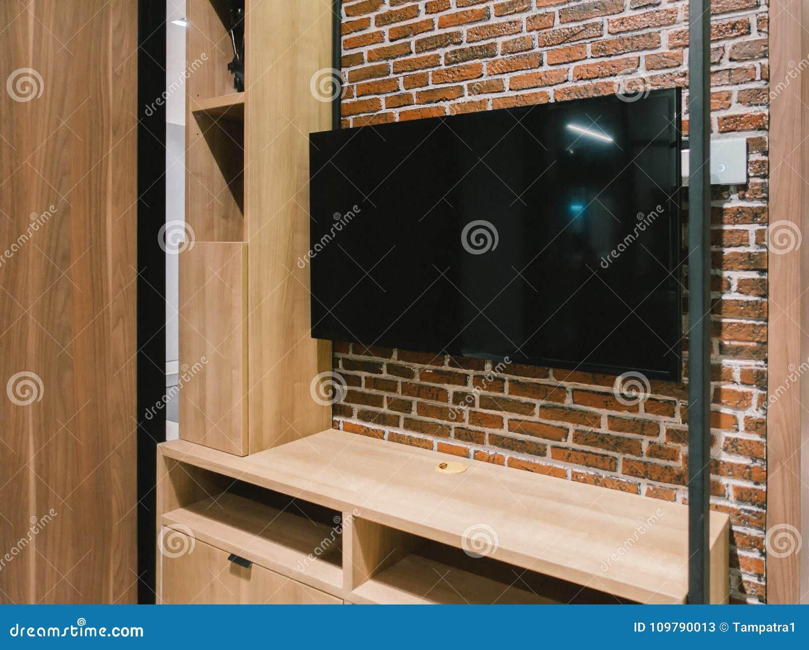 TV con lo schermo in bianco ed il gabinetto dello scaffale alla notte, interior design