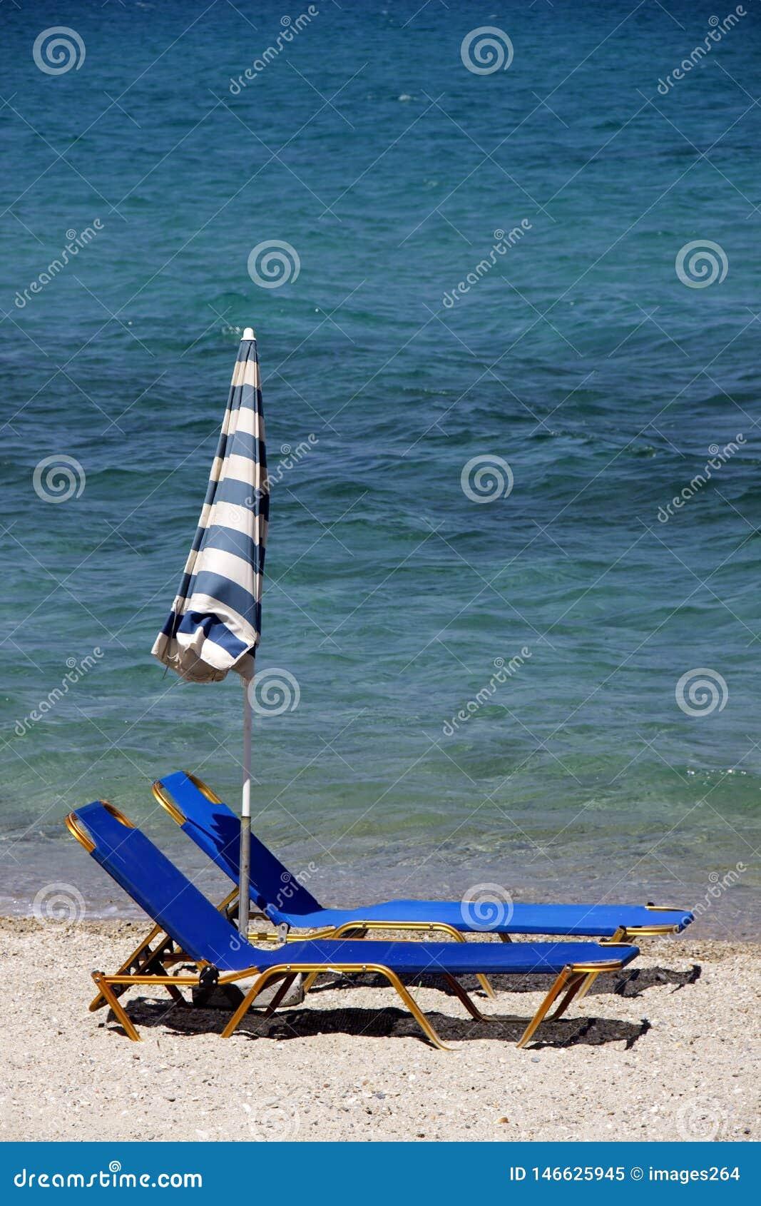 Tv? deckchairs p? stranden