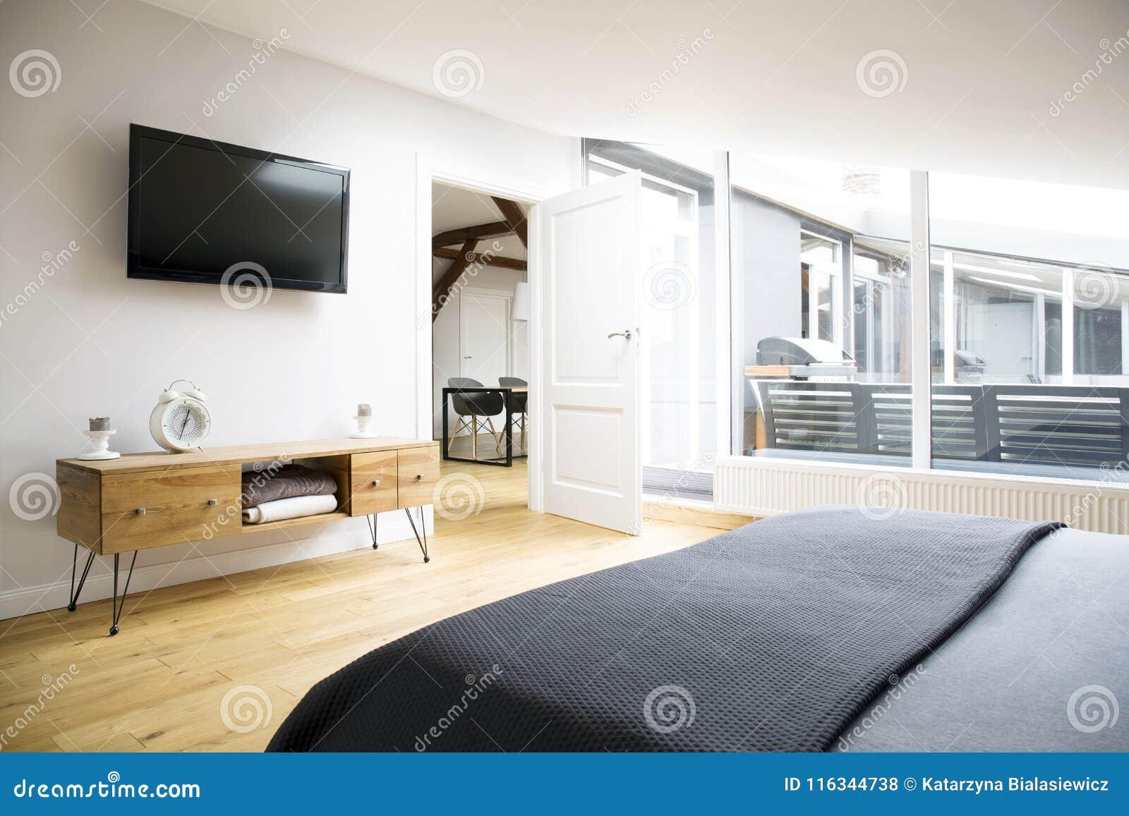 TV och kabinett i lägenhet