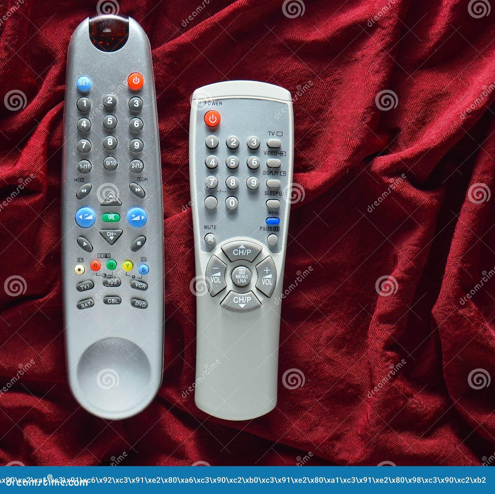 TV piloci do tv na czerwonym jedwabniczym tle