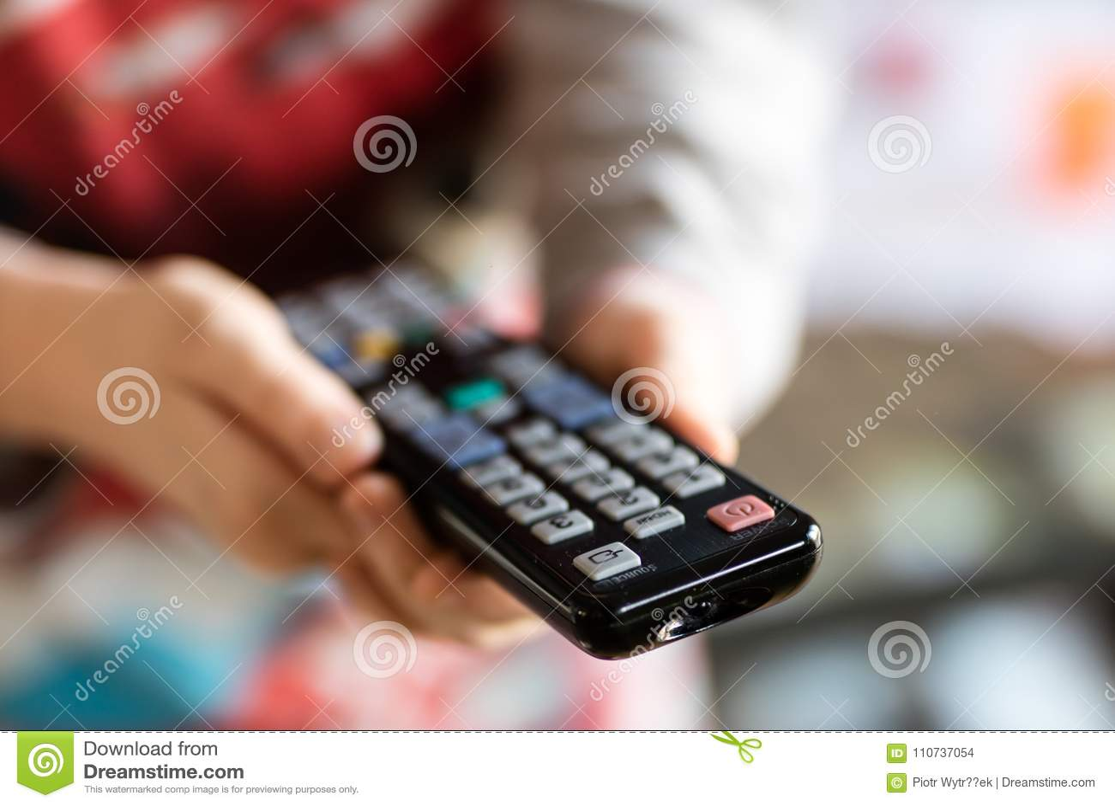 TV pilot do tv trzymający w women& x27; s ręki Wyłaczać kanały na t
