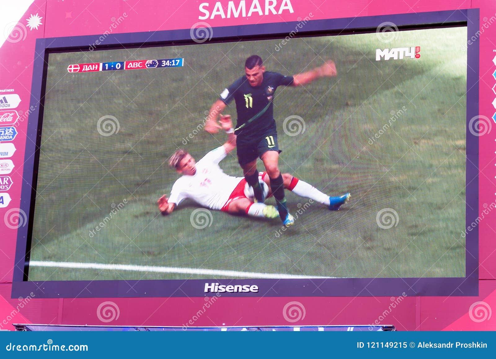 TV-sändning av matchen Danmark-Australien på skärmen i fanzonen av världscupen 2018