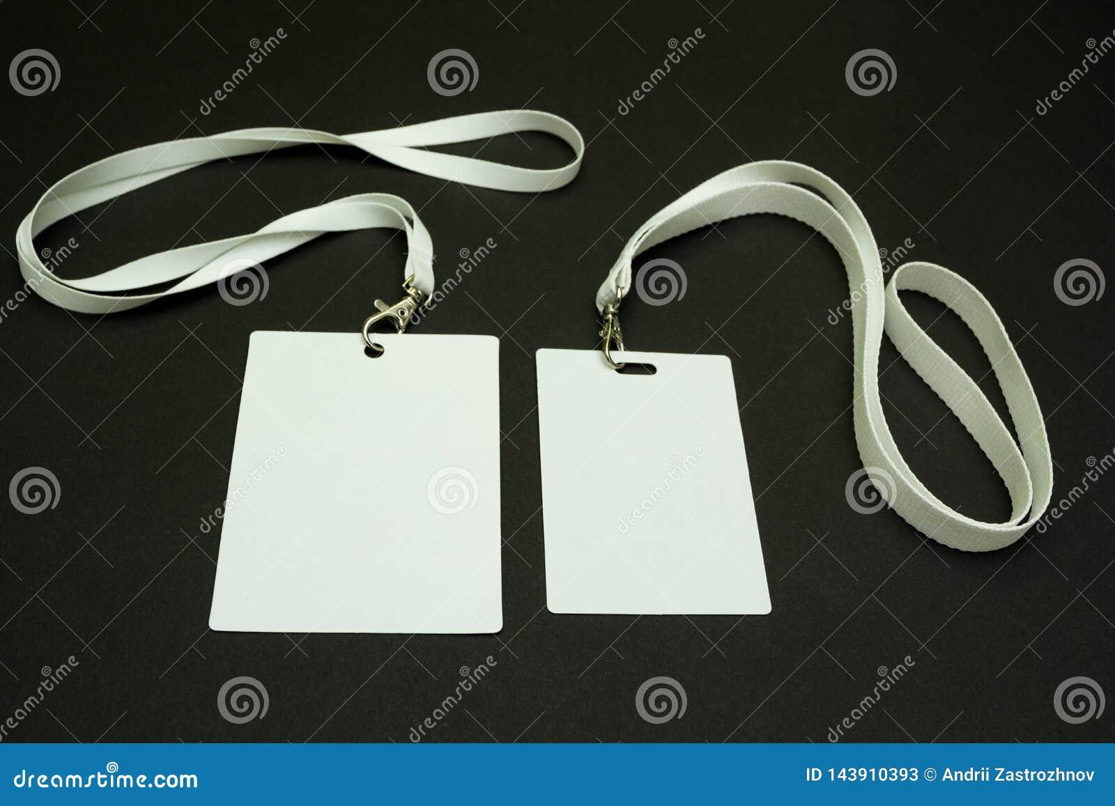 Tv? tomma legitimationkort p? en svart bakgrund Utrymme f?r text N?rbild