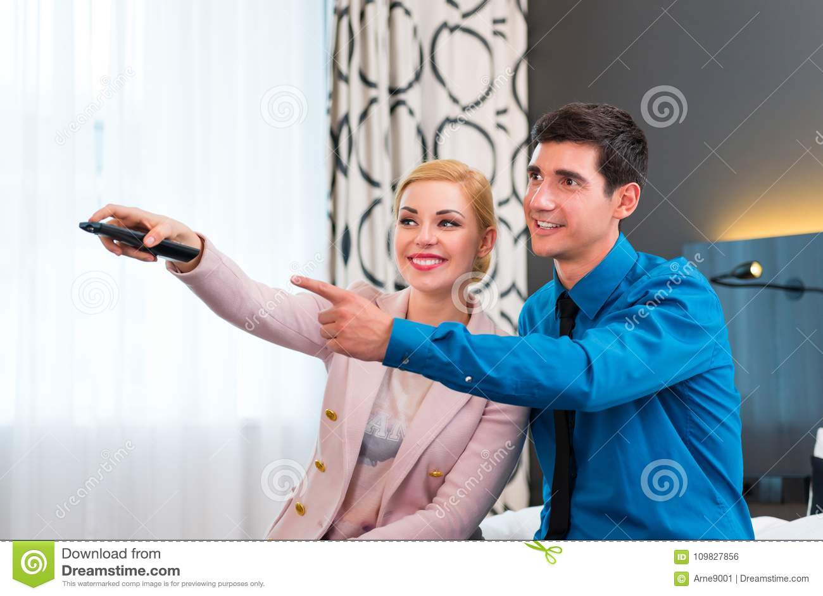 TV van de paaromschakeling met afstandsbediening in hotelruimte