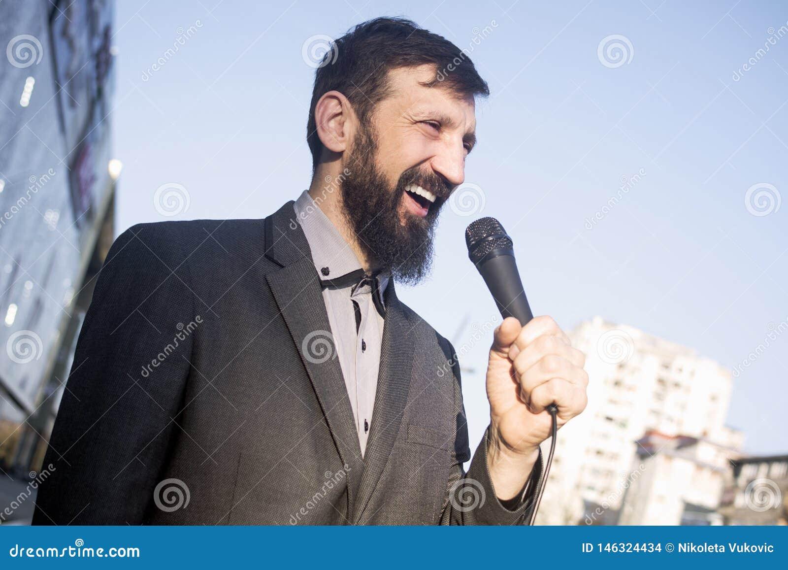 TV-verslaggevers sprekende microfoon