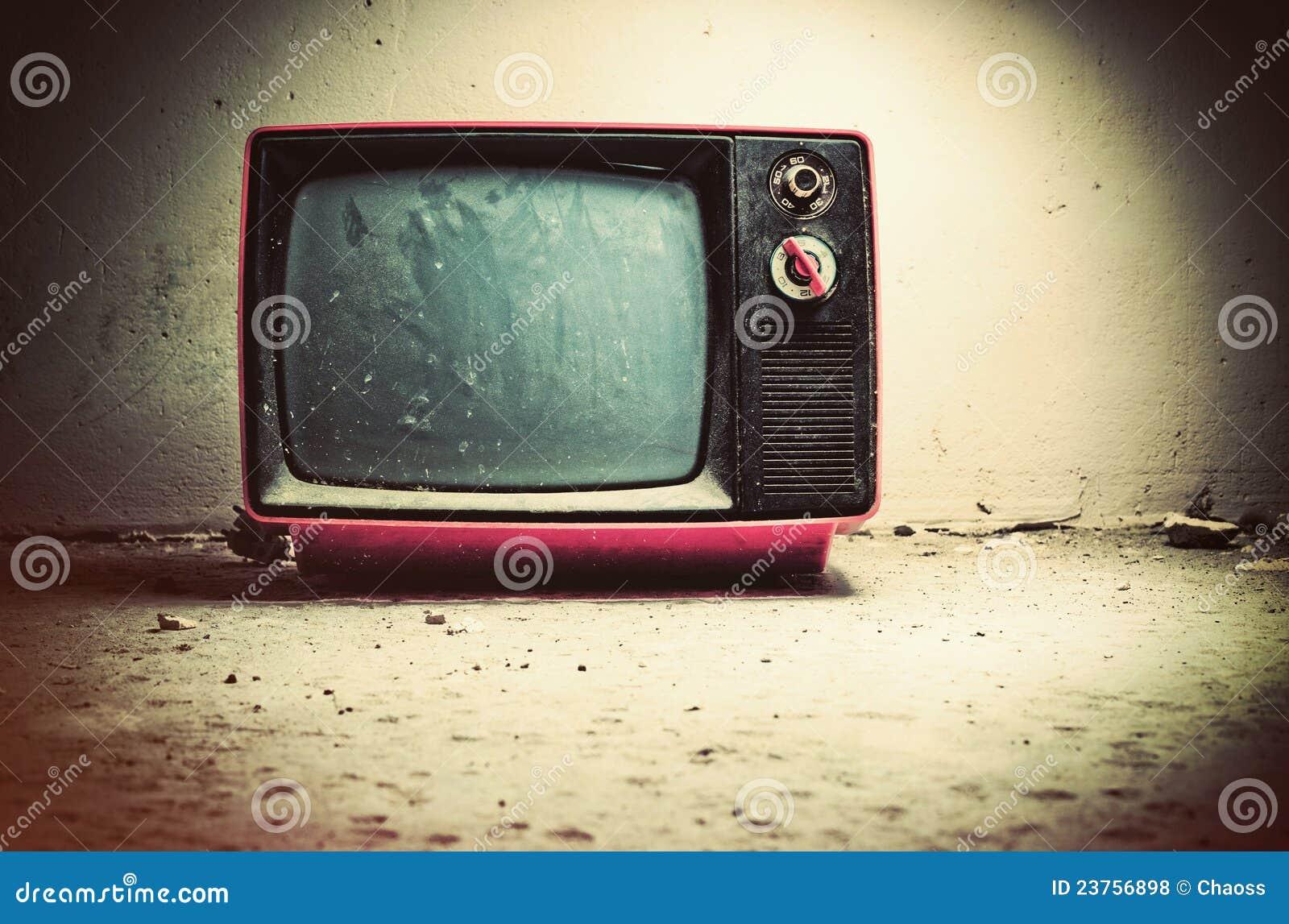 TV vieja en sitio