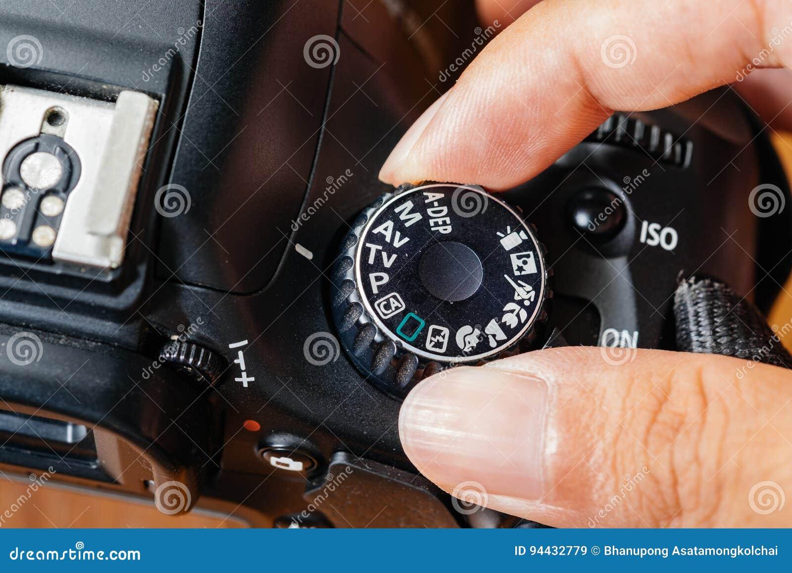 TV-wijzerplaatwijze op dslrcamera met vingers op de wijzerplaat