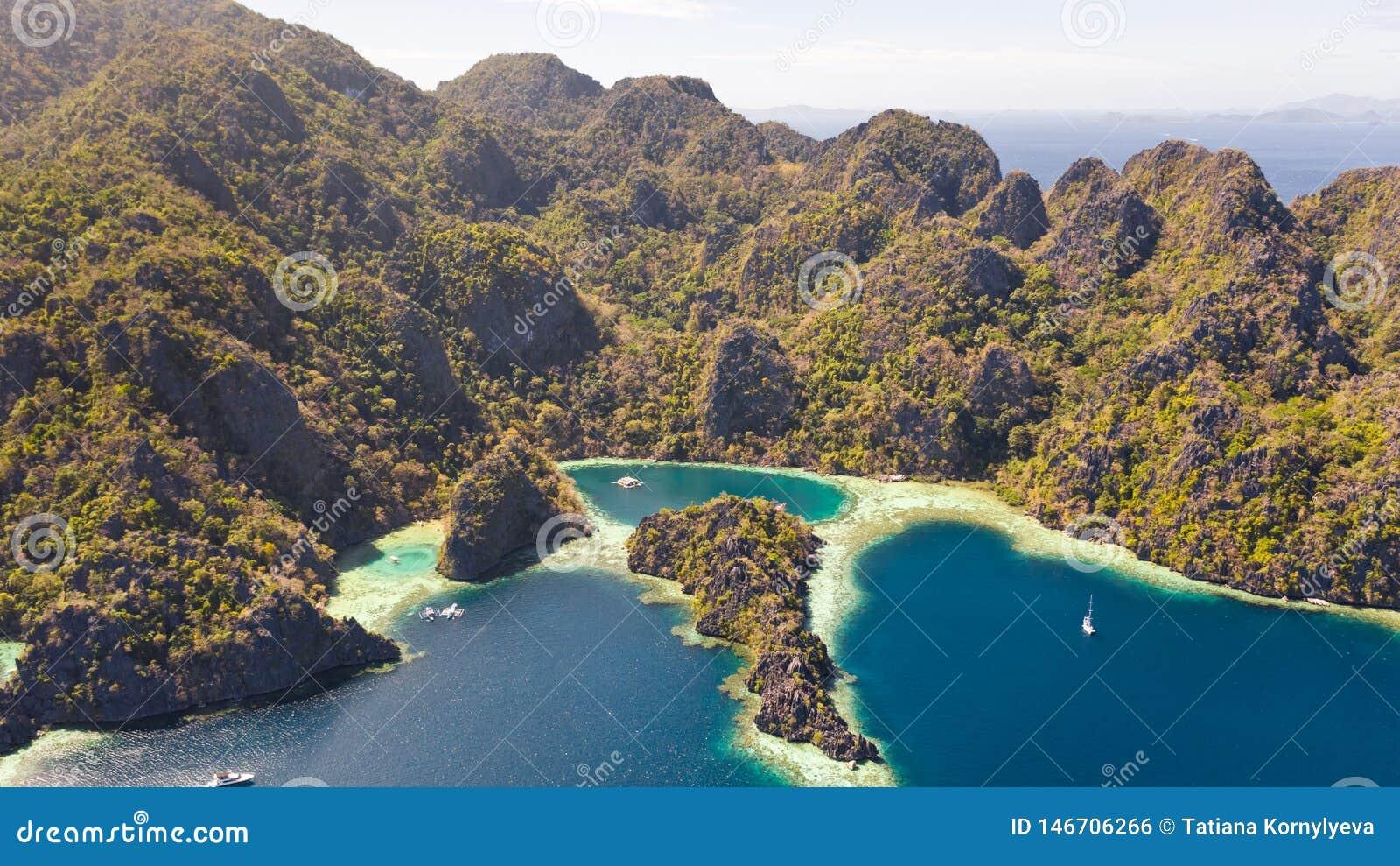 Tvilling- lagun i Coron, Palawan, Filippinerna Berg och hav