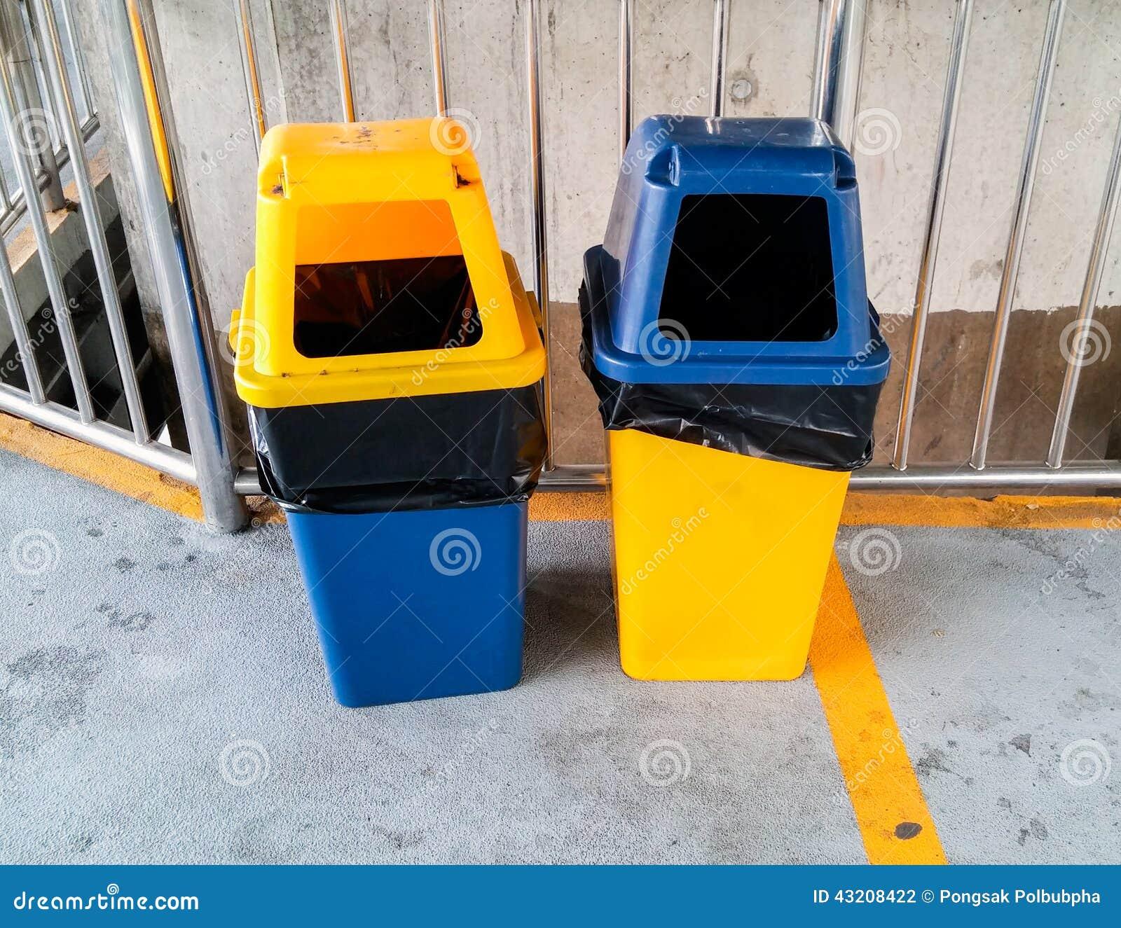 Download Tvilling- plast- avfall arkivfoto. Bild av förorening - 43208422