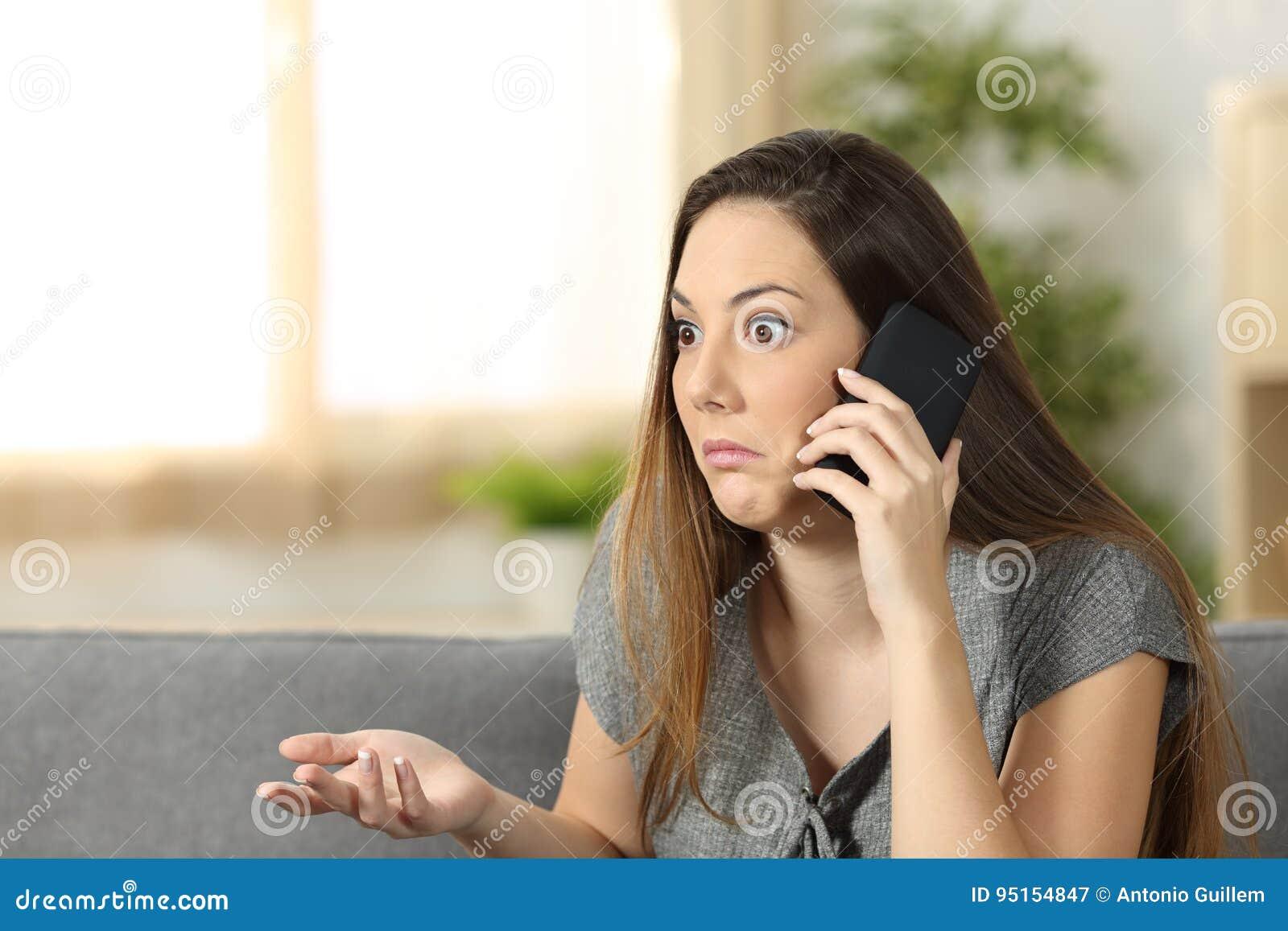 Tvivelaktigt kvinna som lyssnar en påringning