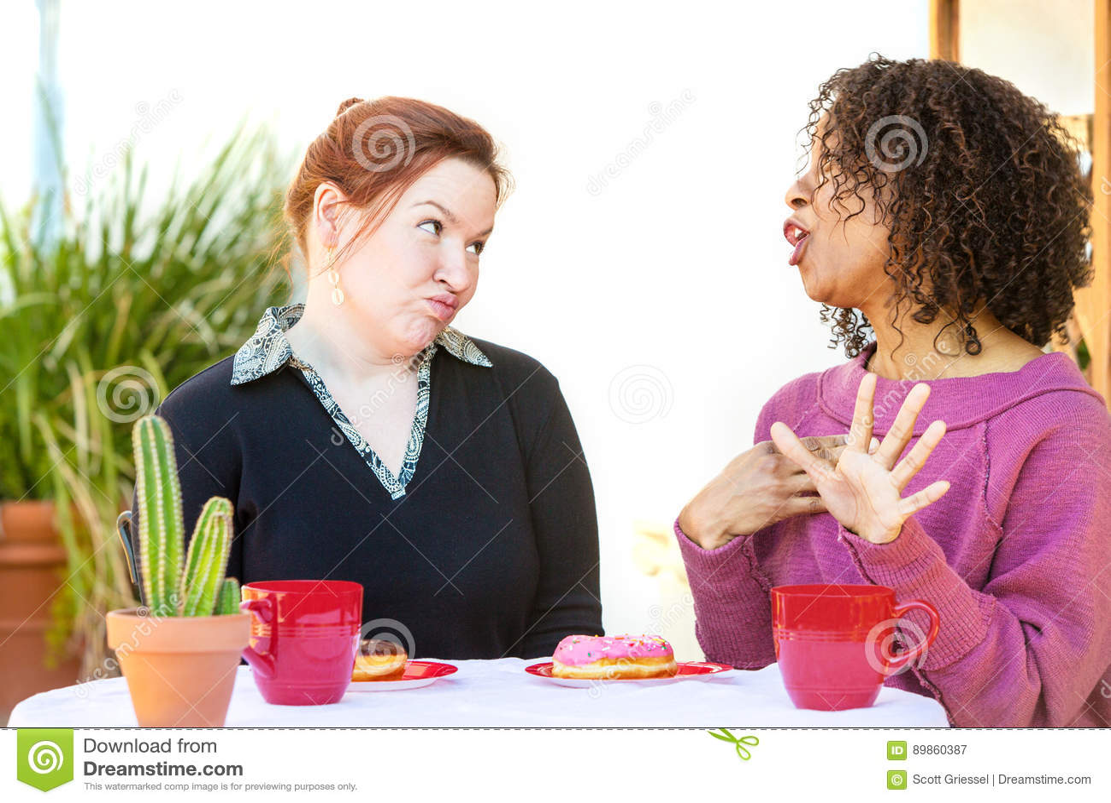 Tvivelaktigt kvinna som lyssnar till vännen