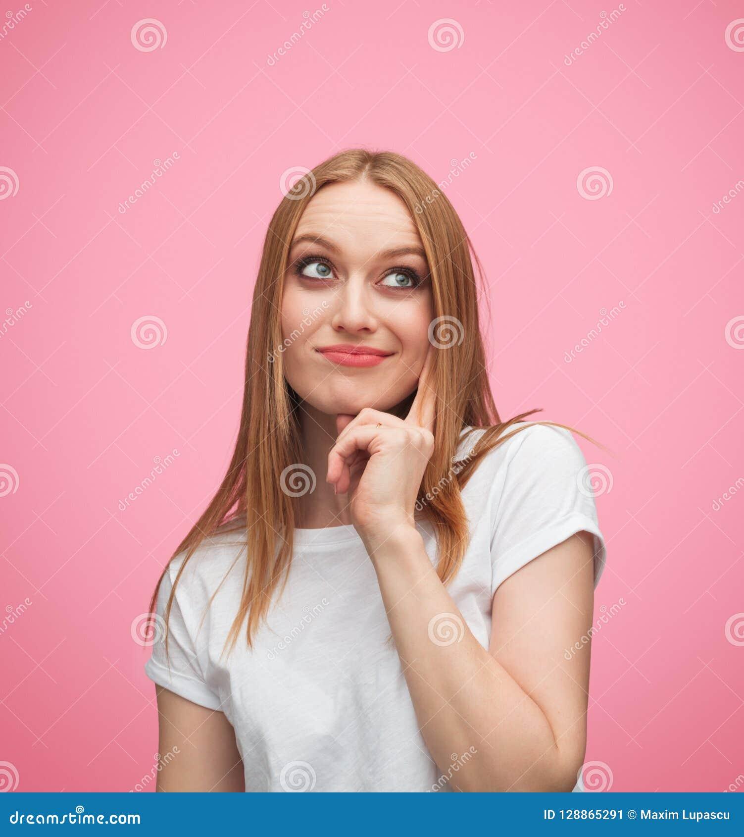 Tvivelaktigt ung kvinna som ser upp