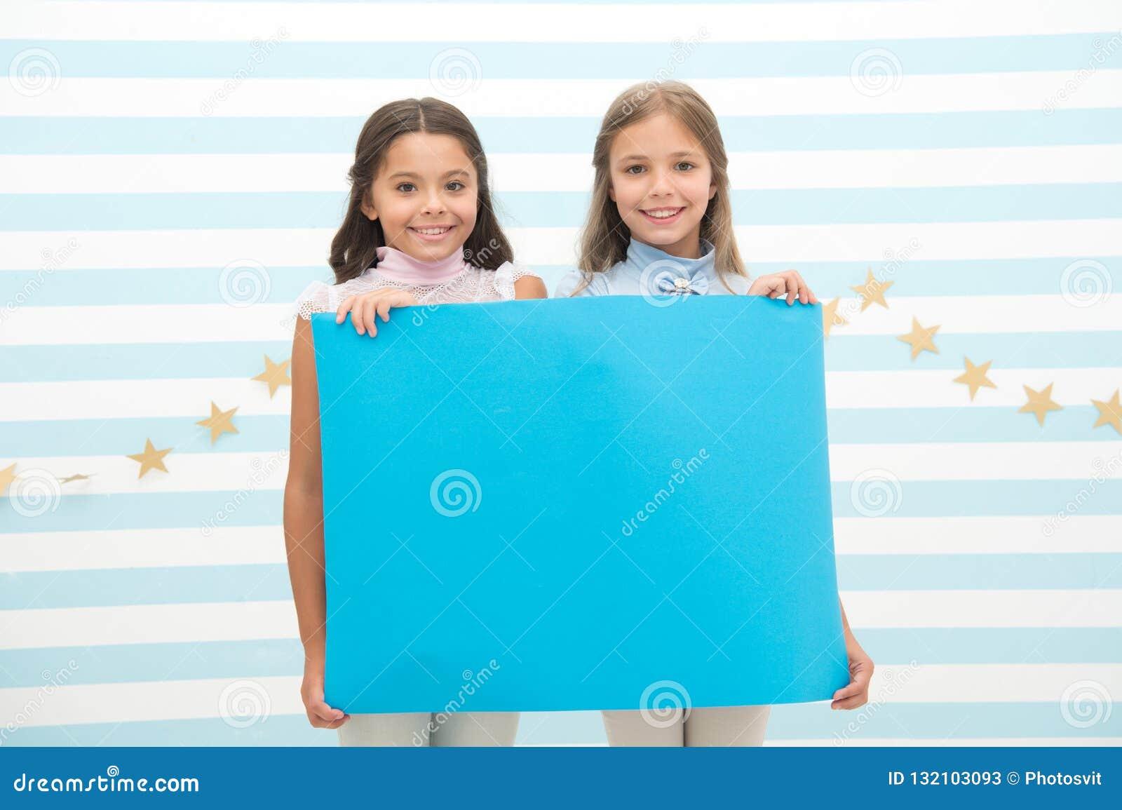 Twój reklama w dobrych rękach Dziewczyna dzieciaków chwyta reklamy plakata kopii przestrzeń Dziecko chwyta reklamowy sztandar