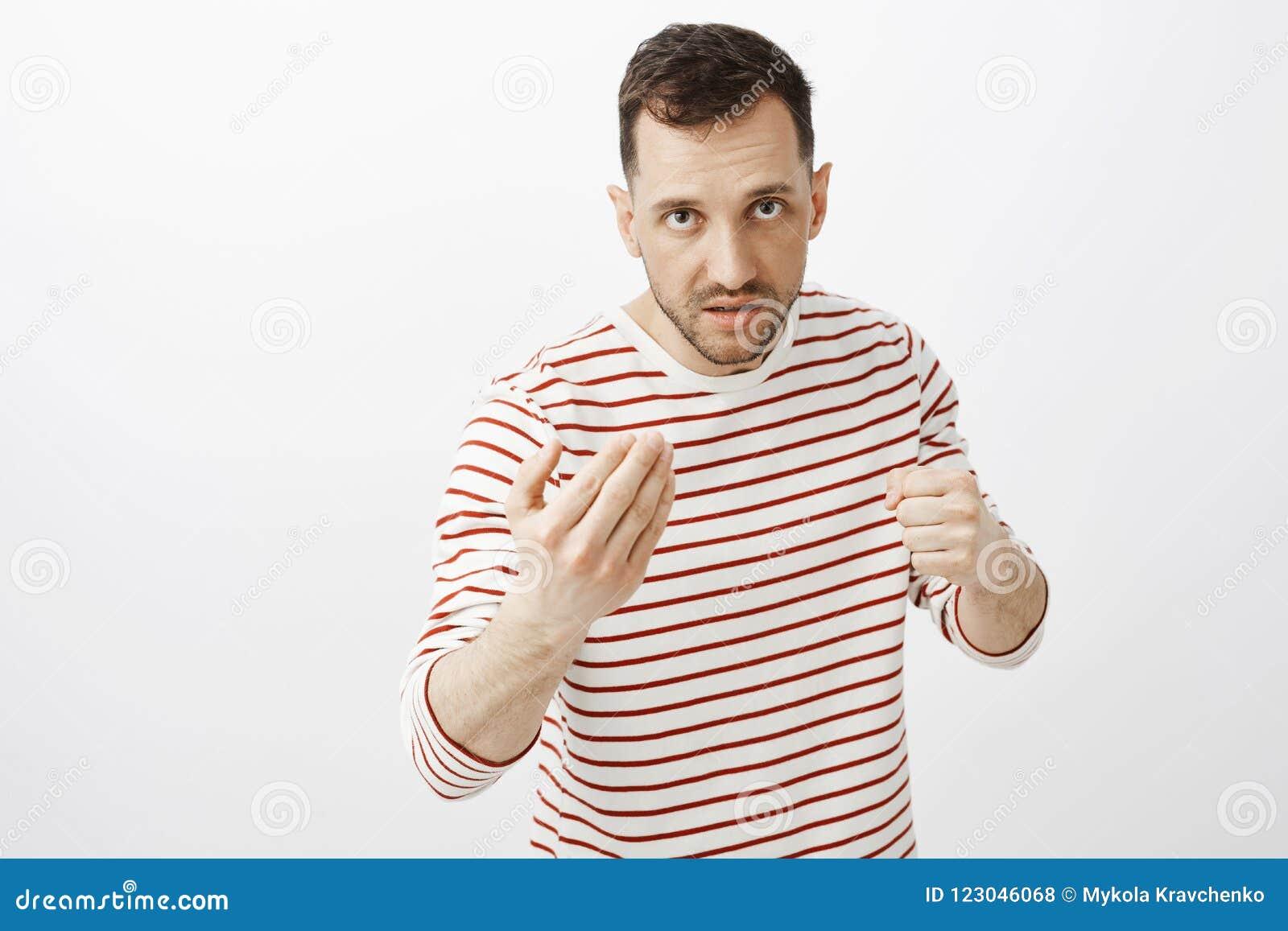 Twój twarz sika ja daleko Portret pokazuje przychodzącego tutaj gest i podnosi pięść uwłaczająca gniewna dorosła samiec, patrzeje