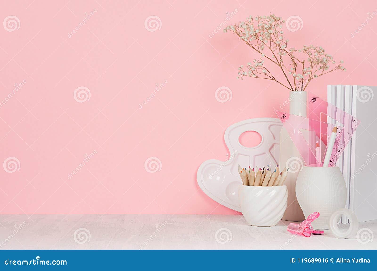 Twórczości szkolny tło dla dziewczyny ` s - biały materiały, paleta, ołówki na miękkich części menchii ściennym i białym drewnian